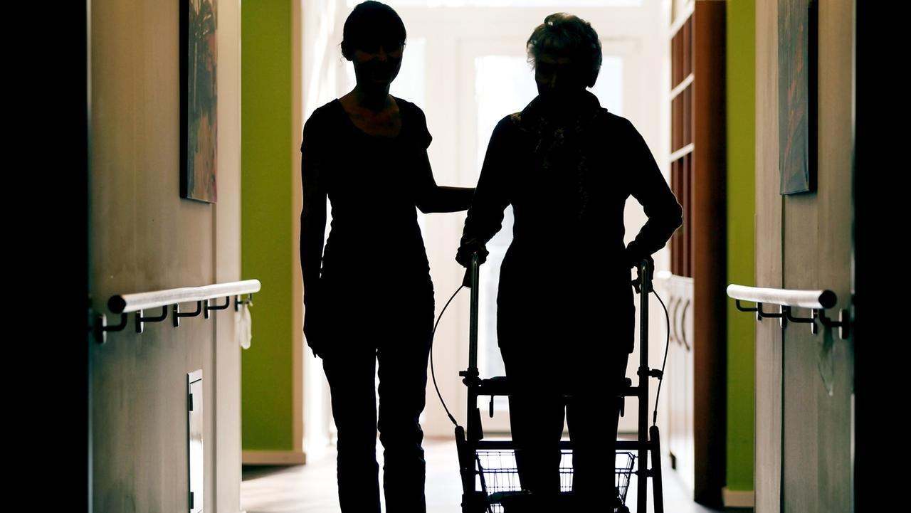 Altenpflegerin kümmert sich um eine ältere Dame