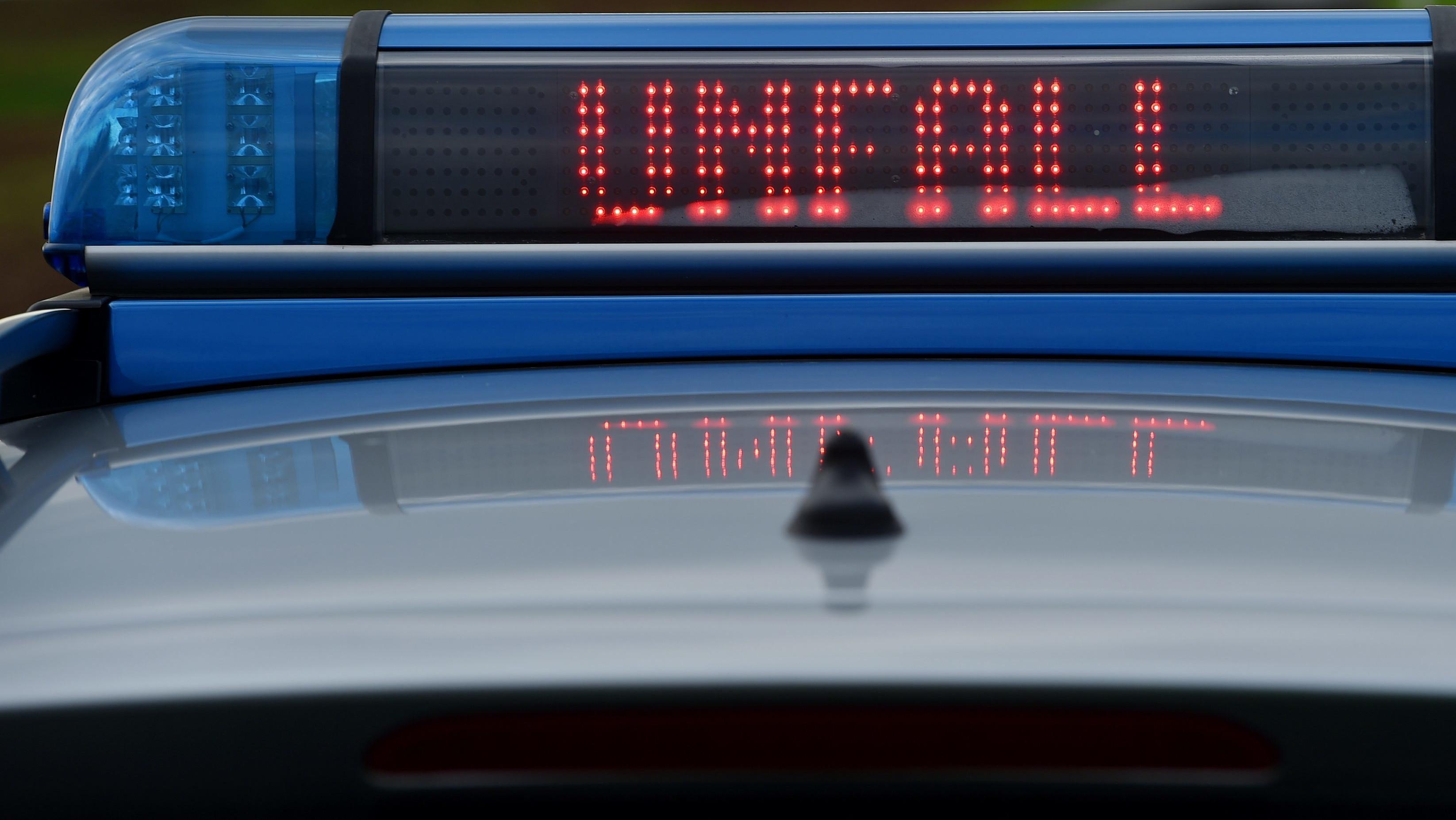 Sturmtief Bennet wirft Lkw-Anhänger um