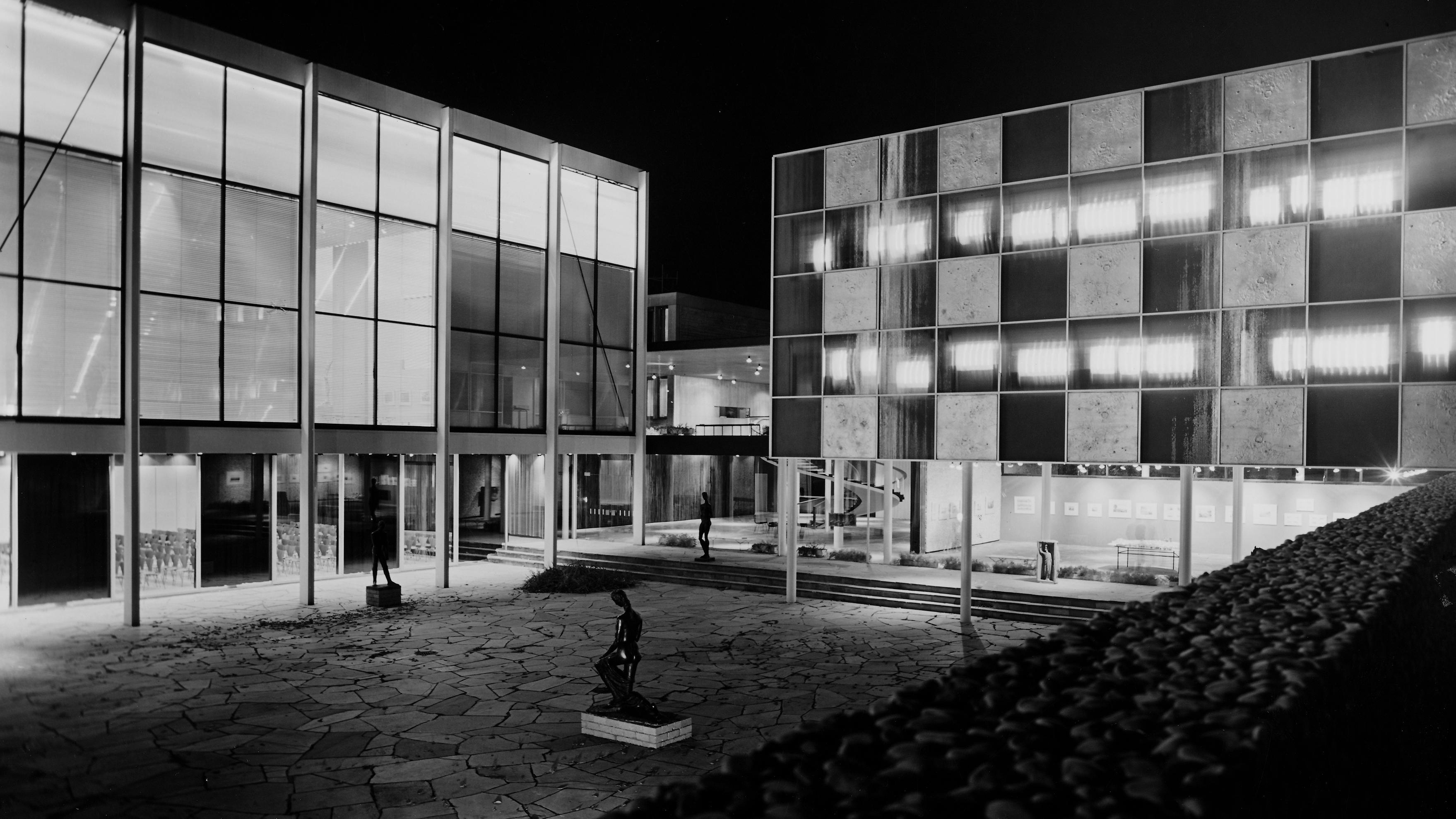 Innenhof eines modernen Gebäudes, aufgenommen bei Nacht (Reuchlinhaus in Pforzheim, Manfred Lehmbruck), 1961