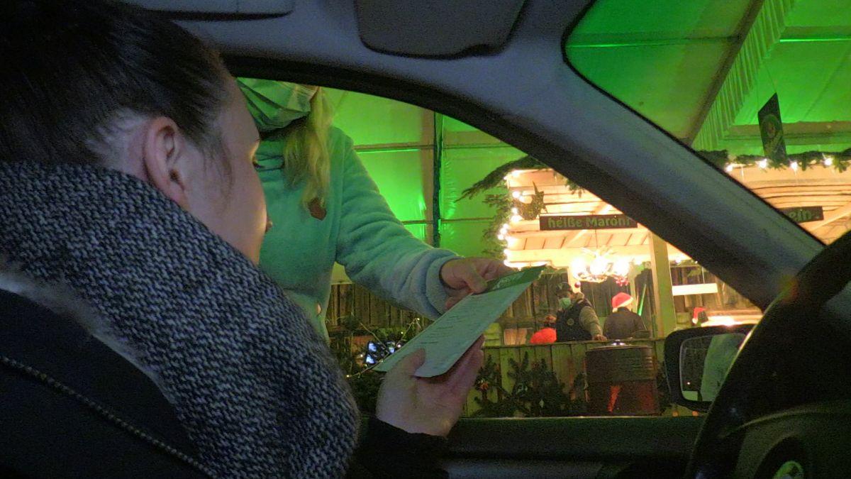 Besucherin beim Drive-In Christkindlmarkt in Landshut.