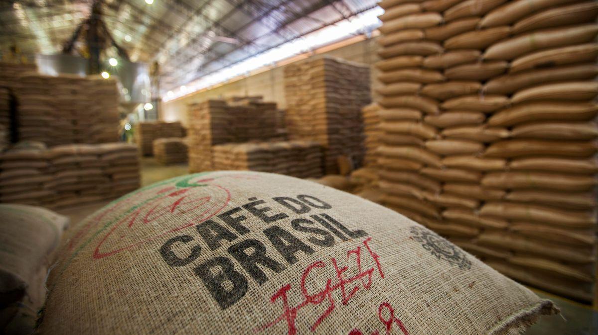 Mehrere Kaffeesäcke liegen in einer Lagerhalle