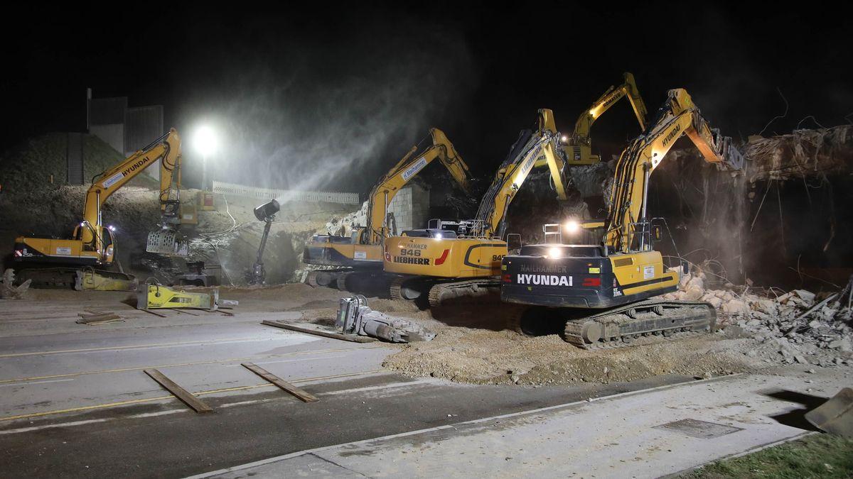 Vier Großbagger brechen die A3-Brücke über die Landshuter Straße ab