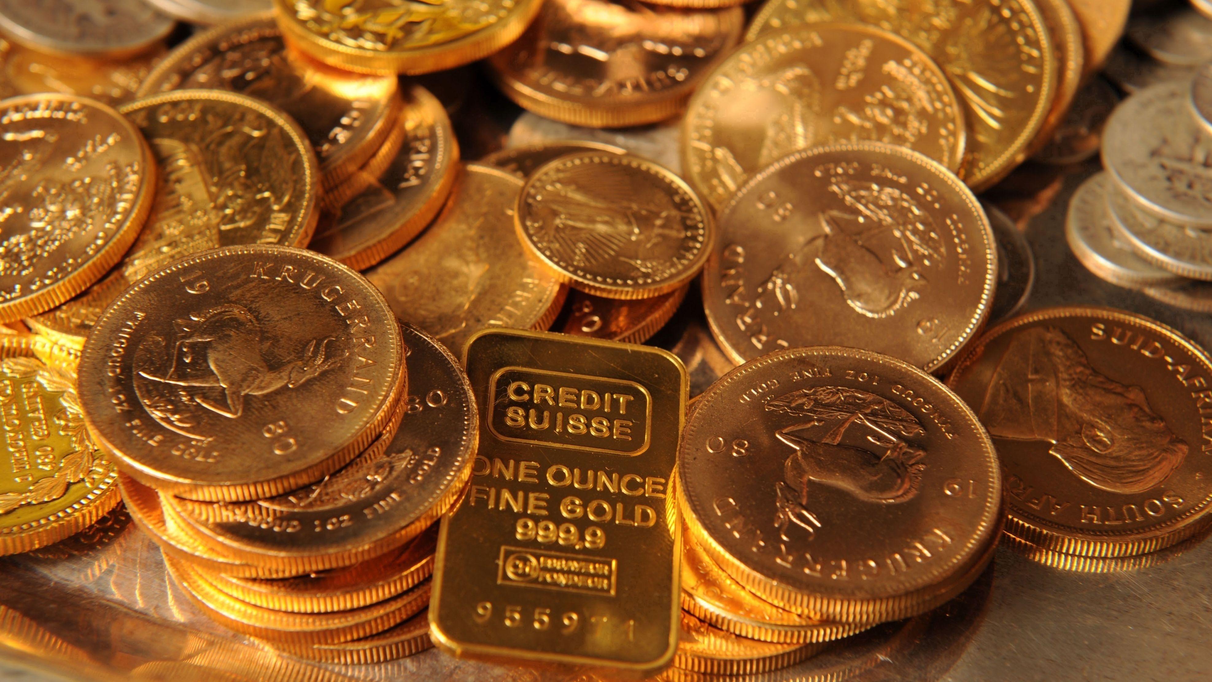 Glänzende Goldmünzen stapeln sich.