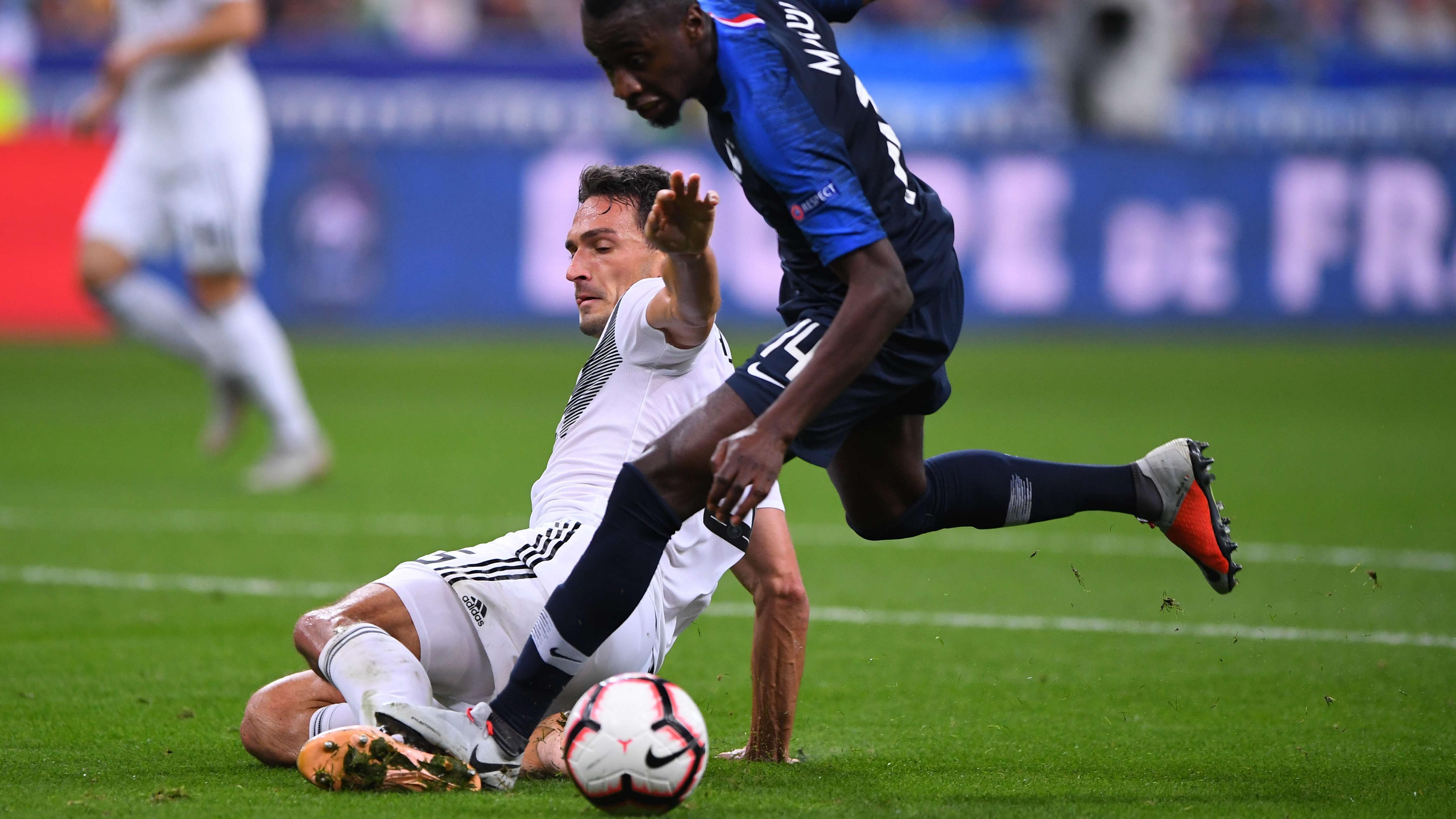 Zweikampf zwischen Mats Hummels (links) und Blaise Matuidi, der zum Foulelfmeter für Frankreich führt