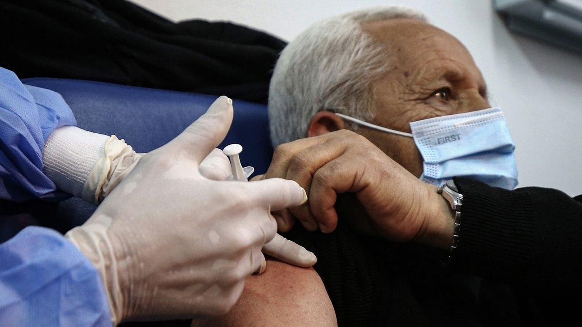 Älterer Mann in Algerien erhält Impfung gegen Corona