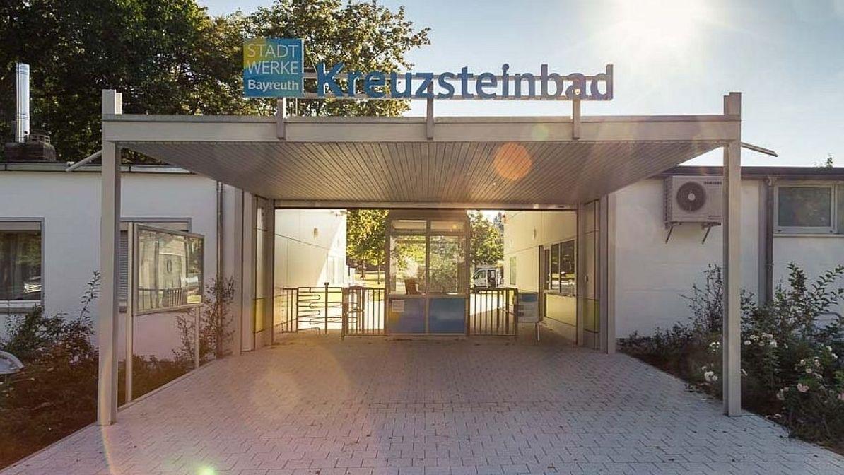 Blick auf den Eingangsbereich des Bayreuther Kreuzsteinbades