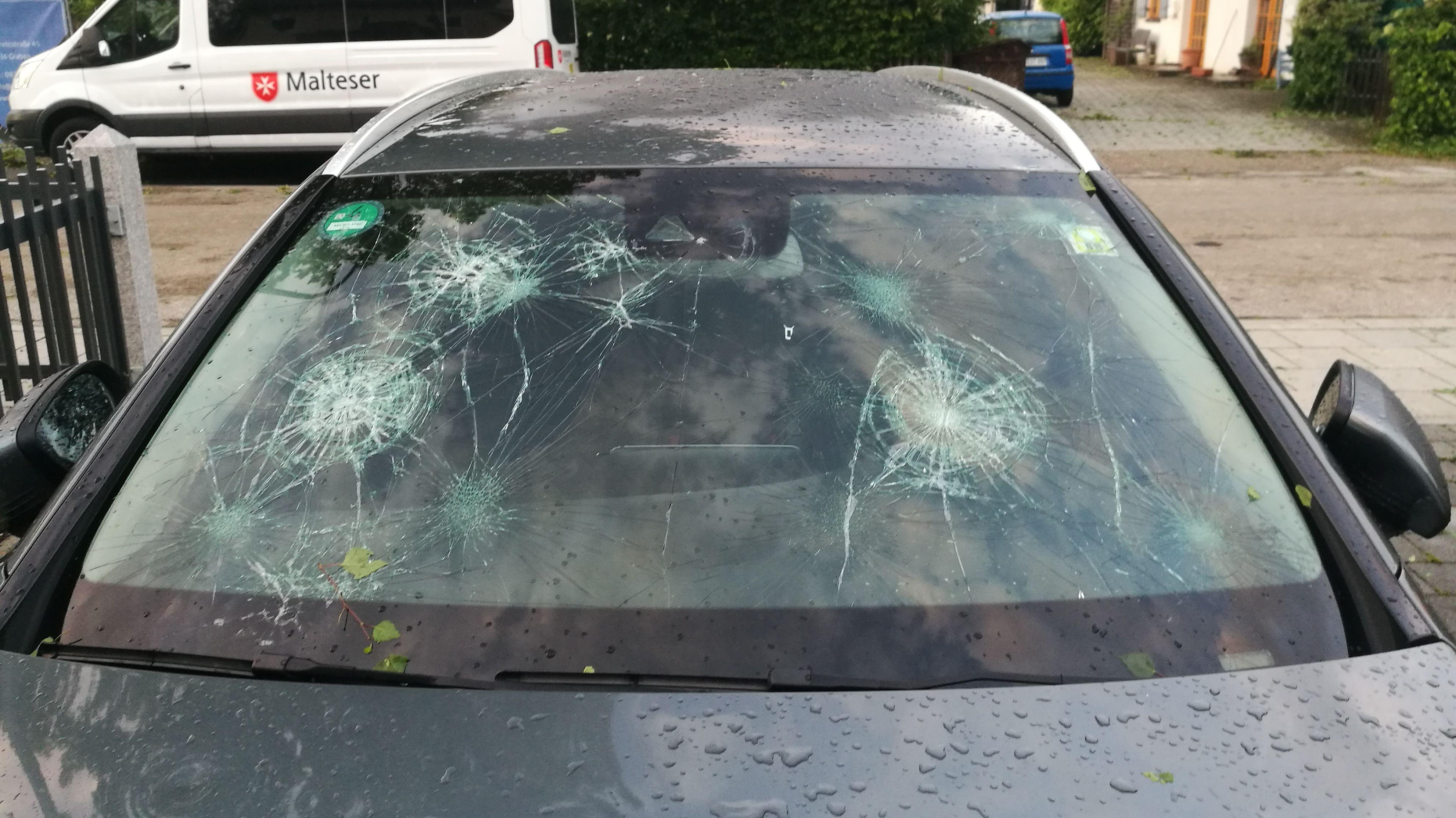 Die Windschutzscheibe eines Autos ist an mehreren Stellen fast gebrochen.