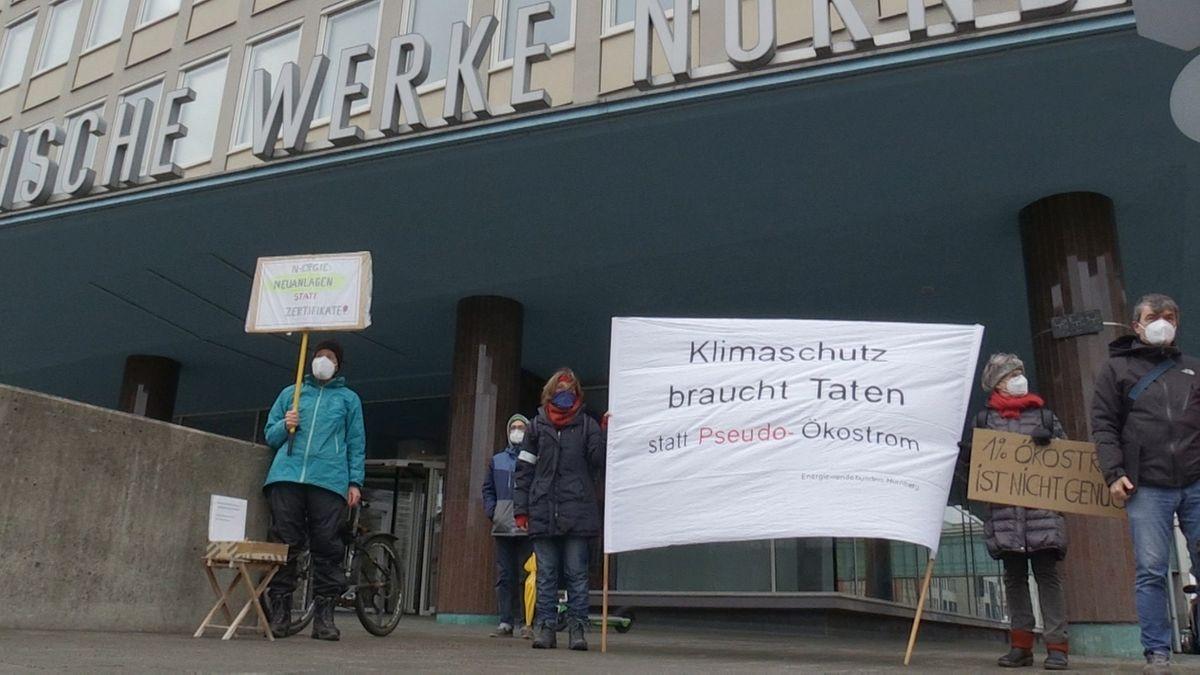 Klimaschützer protestieren gegen Energieversorger