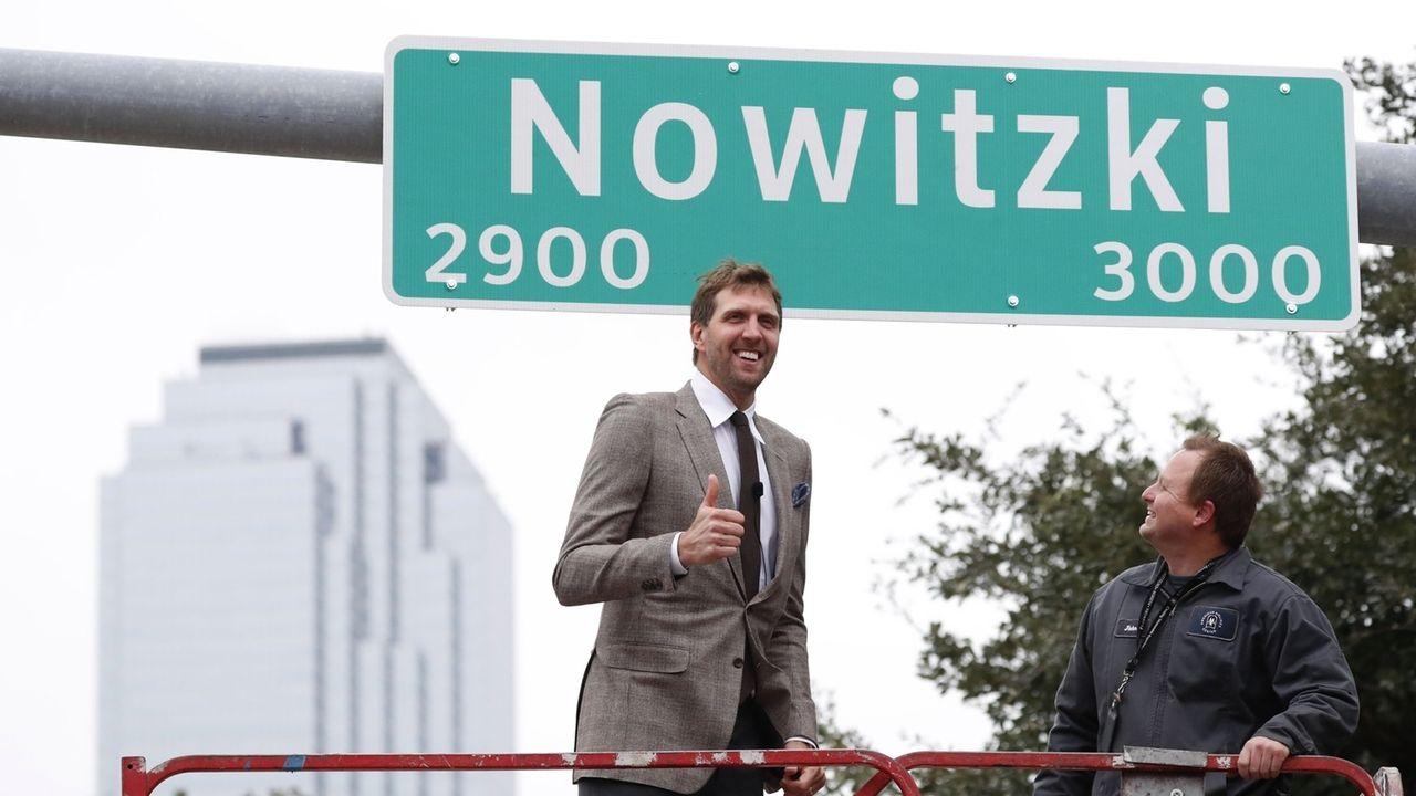Nowitzki enthüllt Straßenschild in Dallas