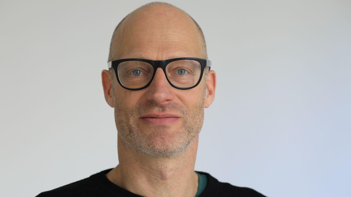 Ein Mann mit Brille guckt freundlich in die Kamera: der Schauspieler und Autor Joachim Meyerhoff