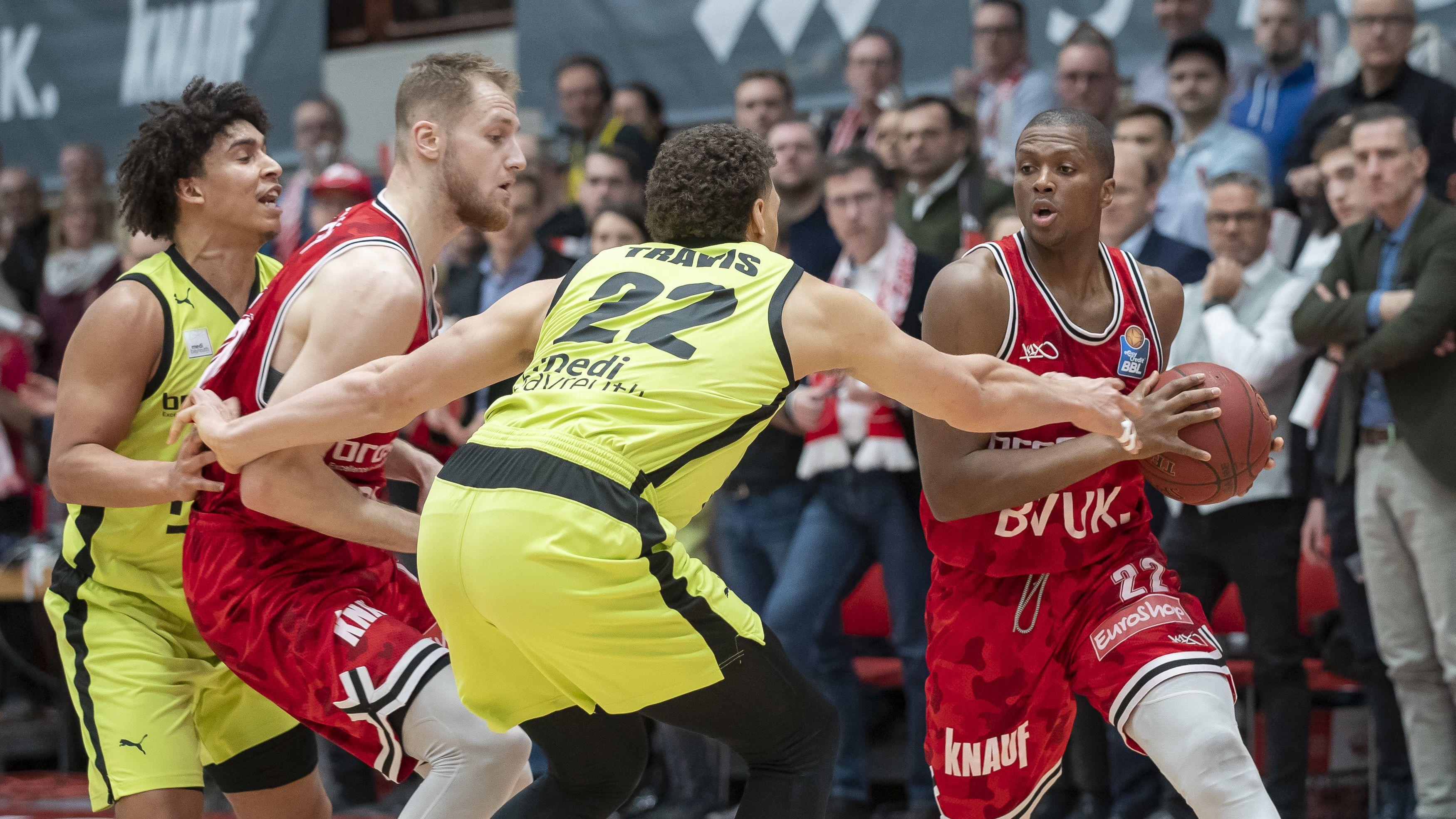 Basketballer von s.Oliver Würzburg und medi bayreuth