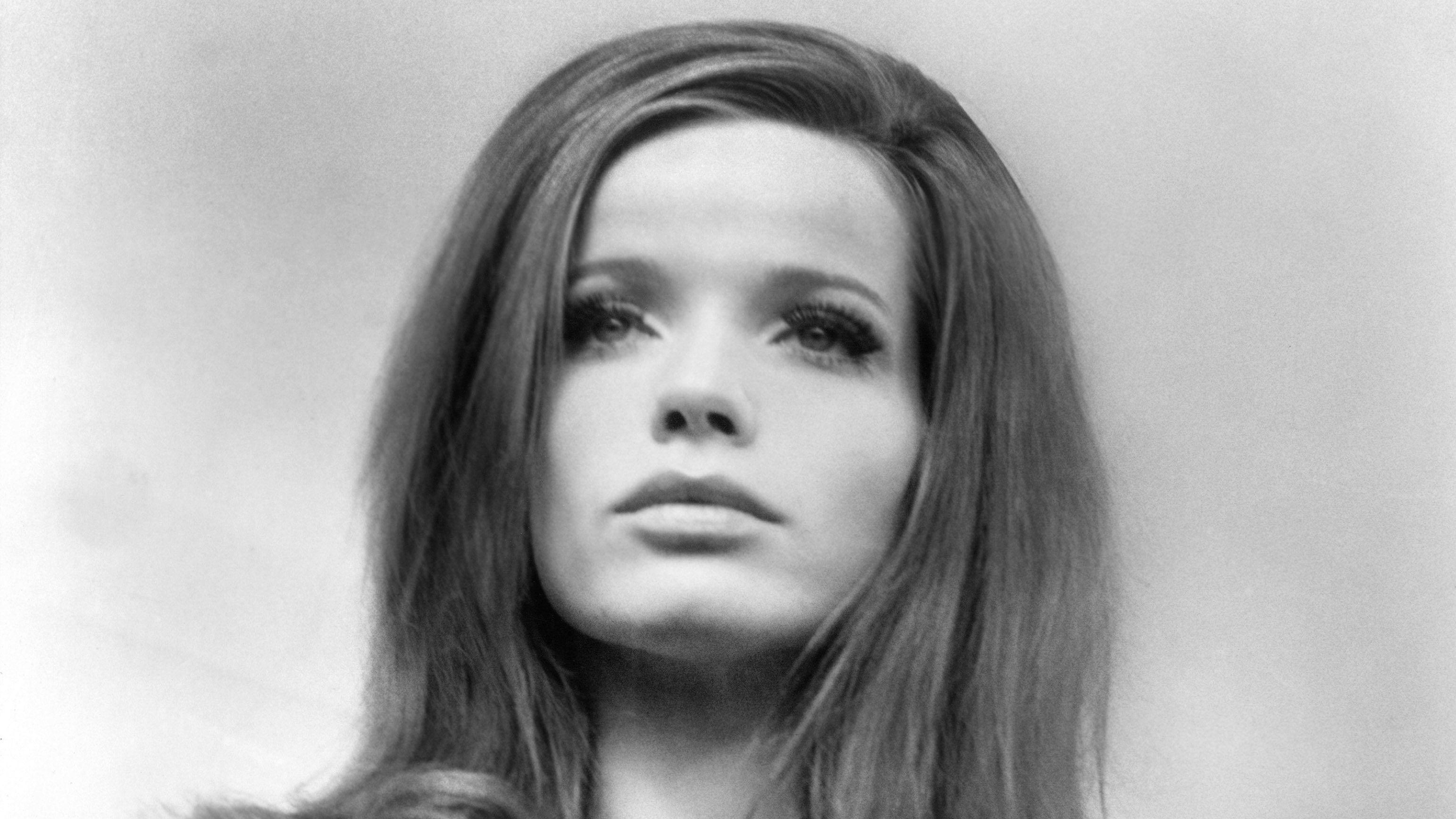 """Szene aus dem Film """"Blow Up"""": Vera von Lehndorff als """"Veruschka"""", mit geschminktem Gesicht und gestyleter Frisur"""