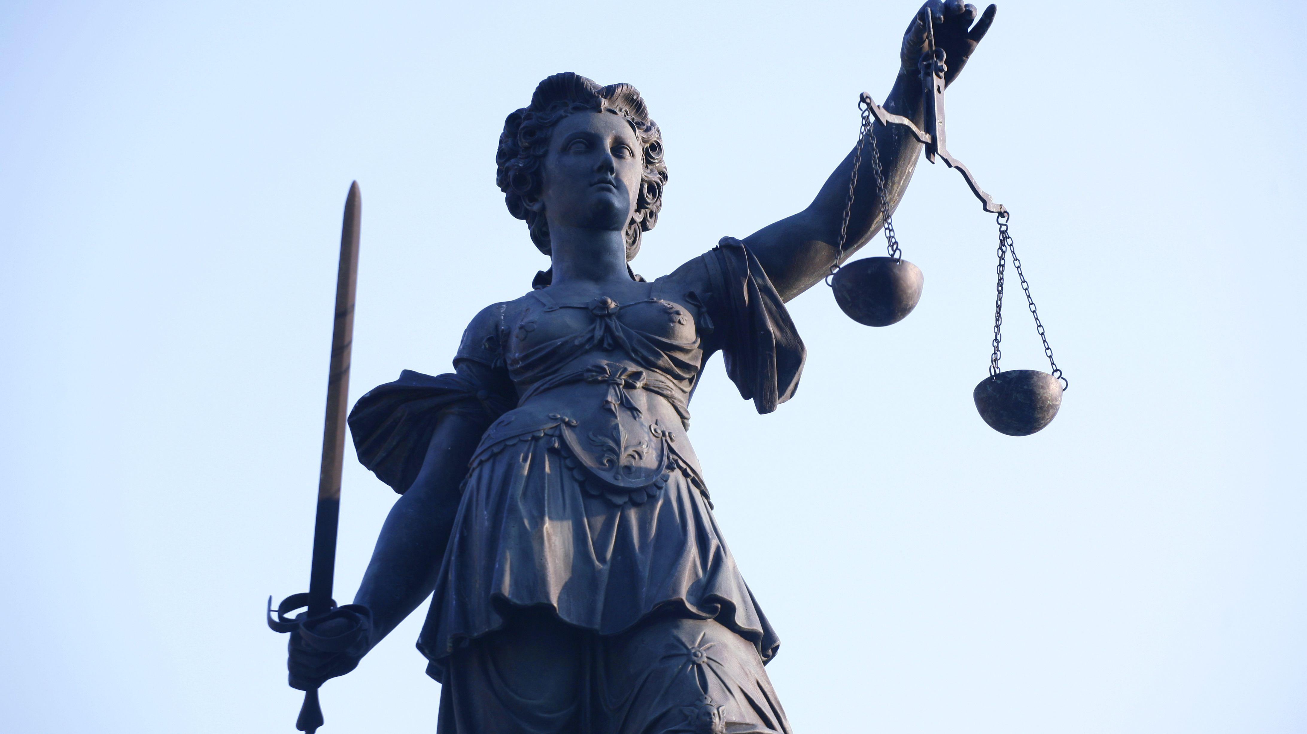 Symbolbild: Justitia mit Waage und Schwert