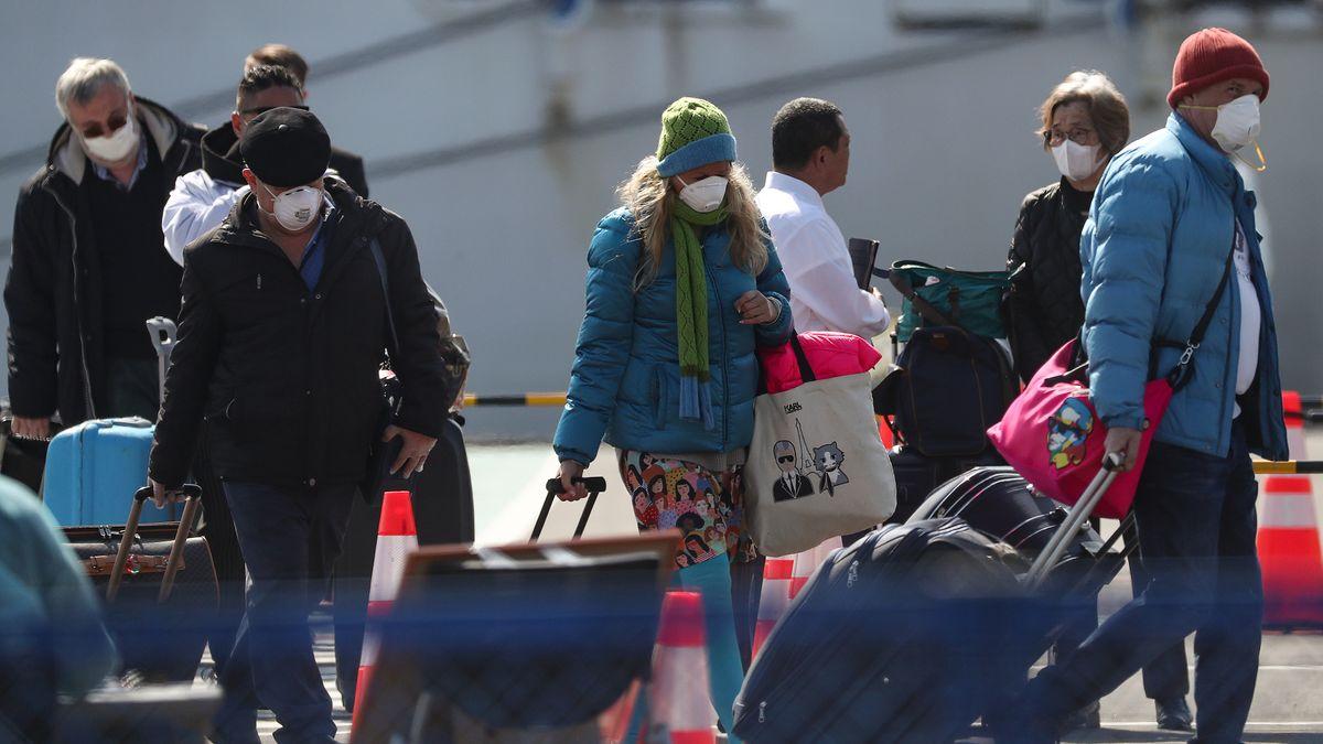 """Passagiere der """"Diamond Princess"""" verlassen nach Quarantäne das Kreuzfahrtschiff im japanischen Hafen Yokohama"""