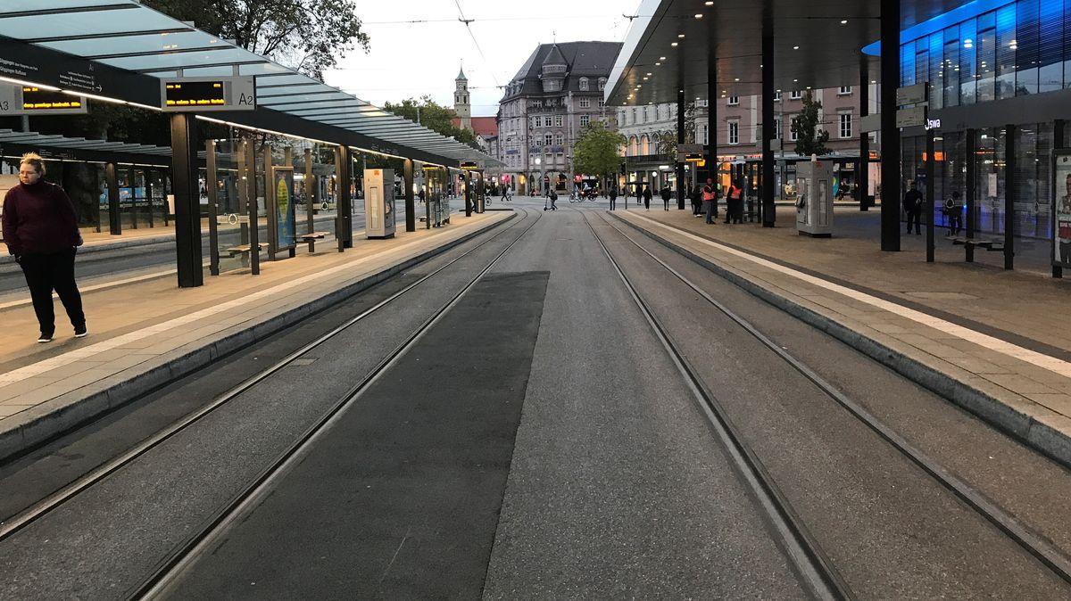 Warnstreik im Nahverkehr in Augsburg - Eine Anzeige am Königsplatz zeigt am Morgen lange Wartezeiten an
