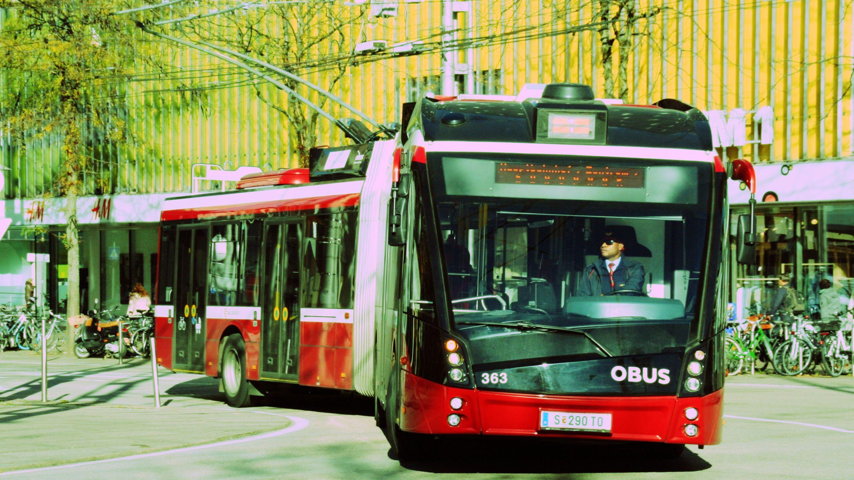 Ein Oberleitungsbus fährt durch Salzburg.