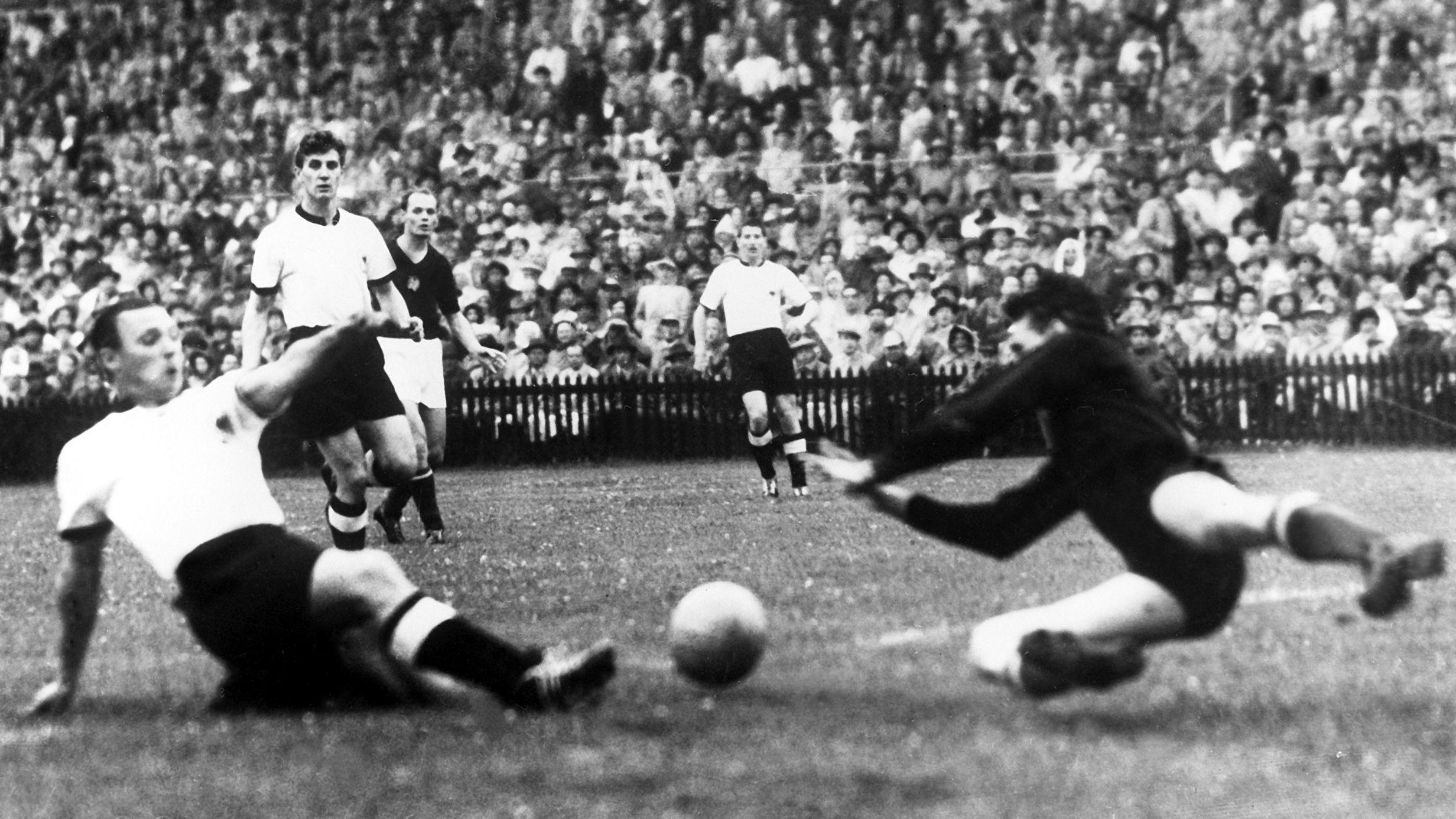 Max Morlock (links) trifft im WM-Finale 1954 zum 1:2-Anschluss gegen Ungarn