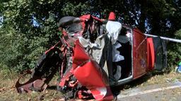 Auto prallt gegen Baum und kommt auf der Fahrerseite zum Liegen | Bild:News5