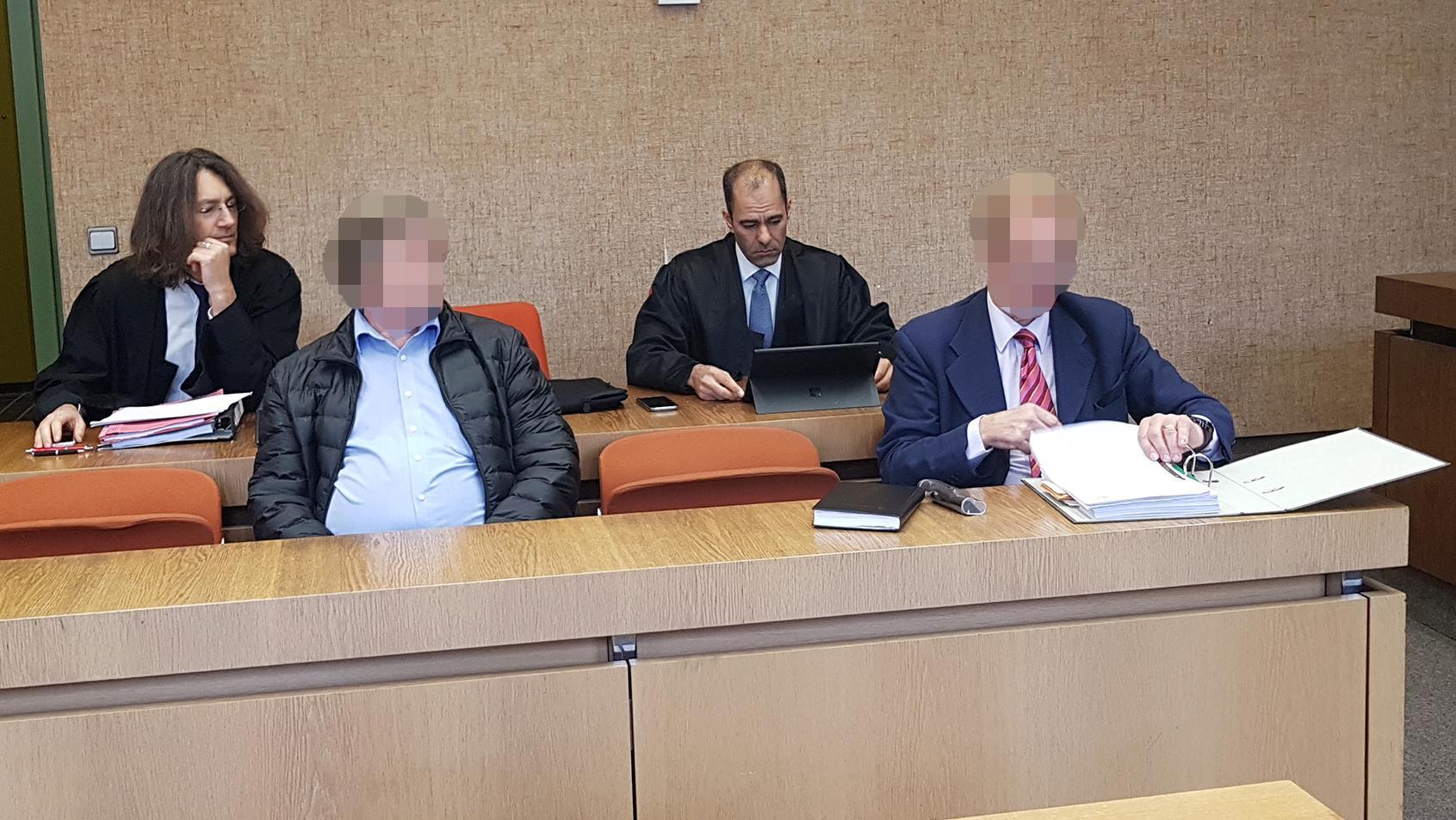 Angeklagt sind der Hausmeister (links) und der Eigentümer des Mietshauses