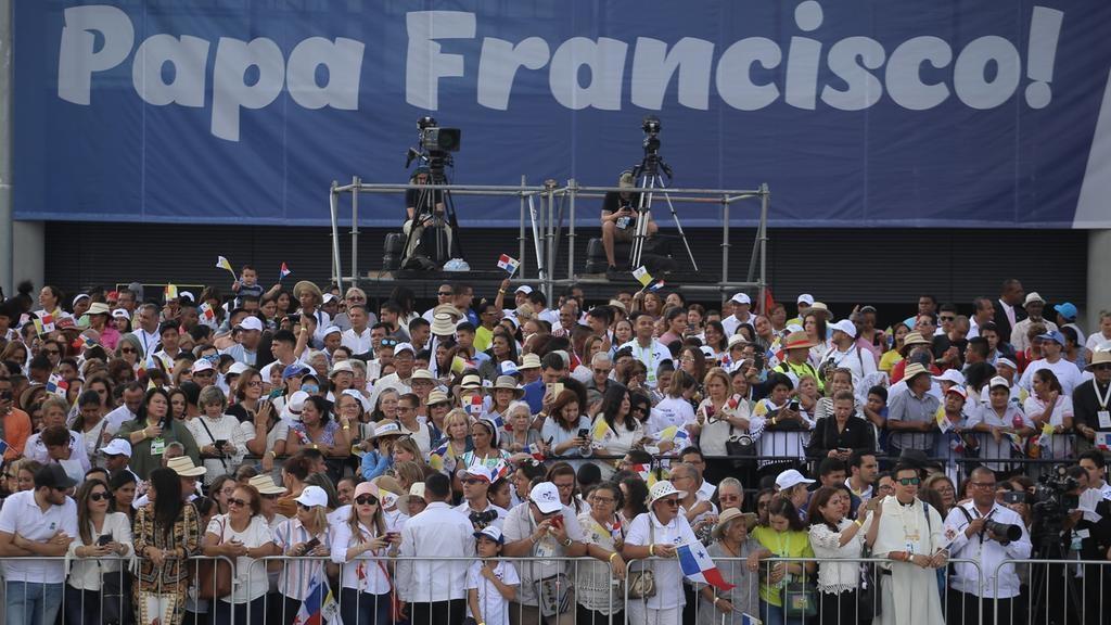 Tausende Menschen warten auf den Papst