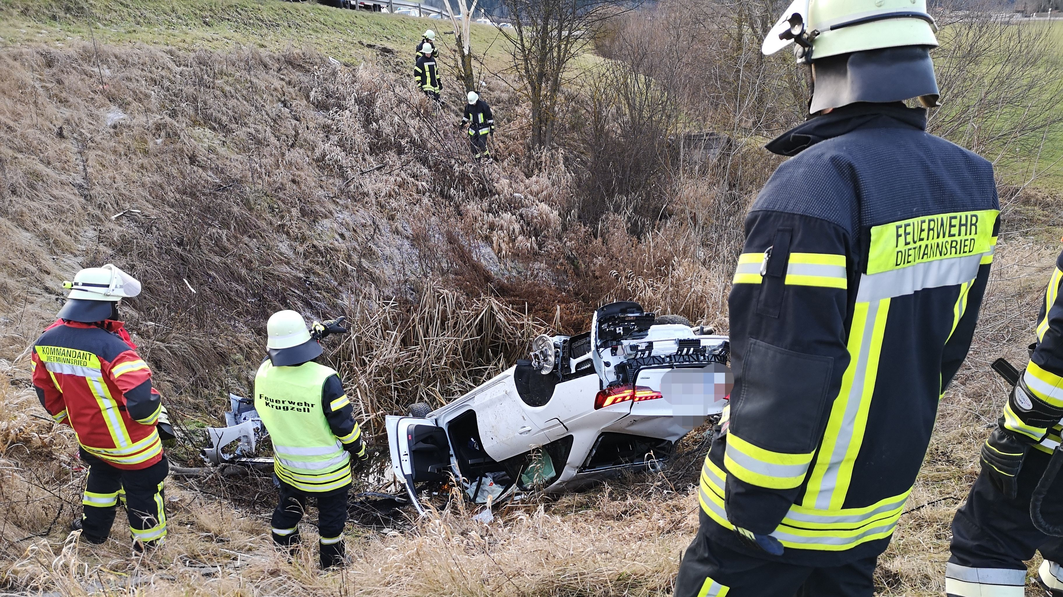 Feuerwehrleute am Unfallort bei Krugzell