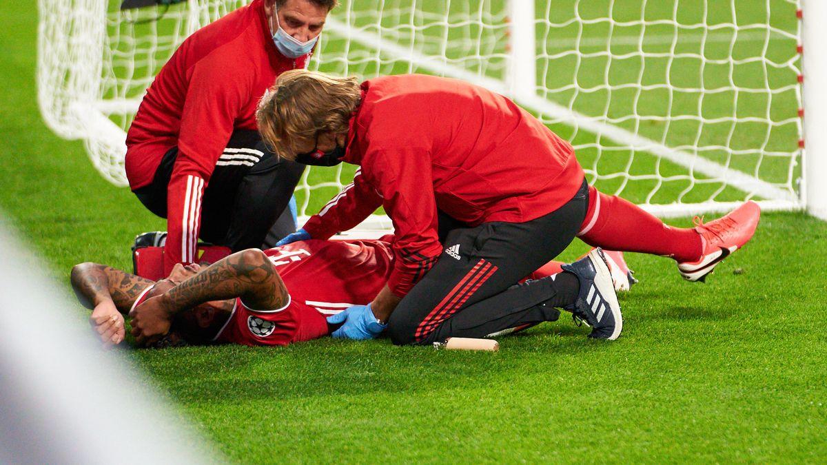 Jérôme  Boateng wird auf dem Spielfeld behandelt.