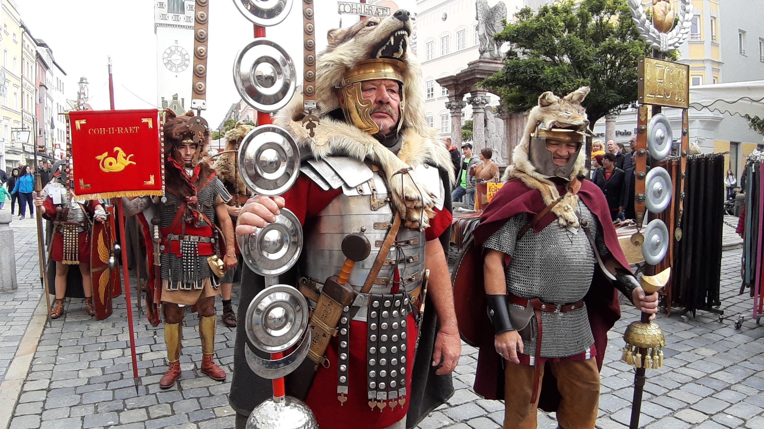Römische Soldaten sind am Wochenende in die Straubinger Innenstadt eingezogen und lockten Hunderte Besucher an.