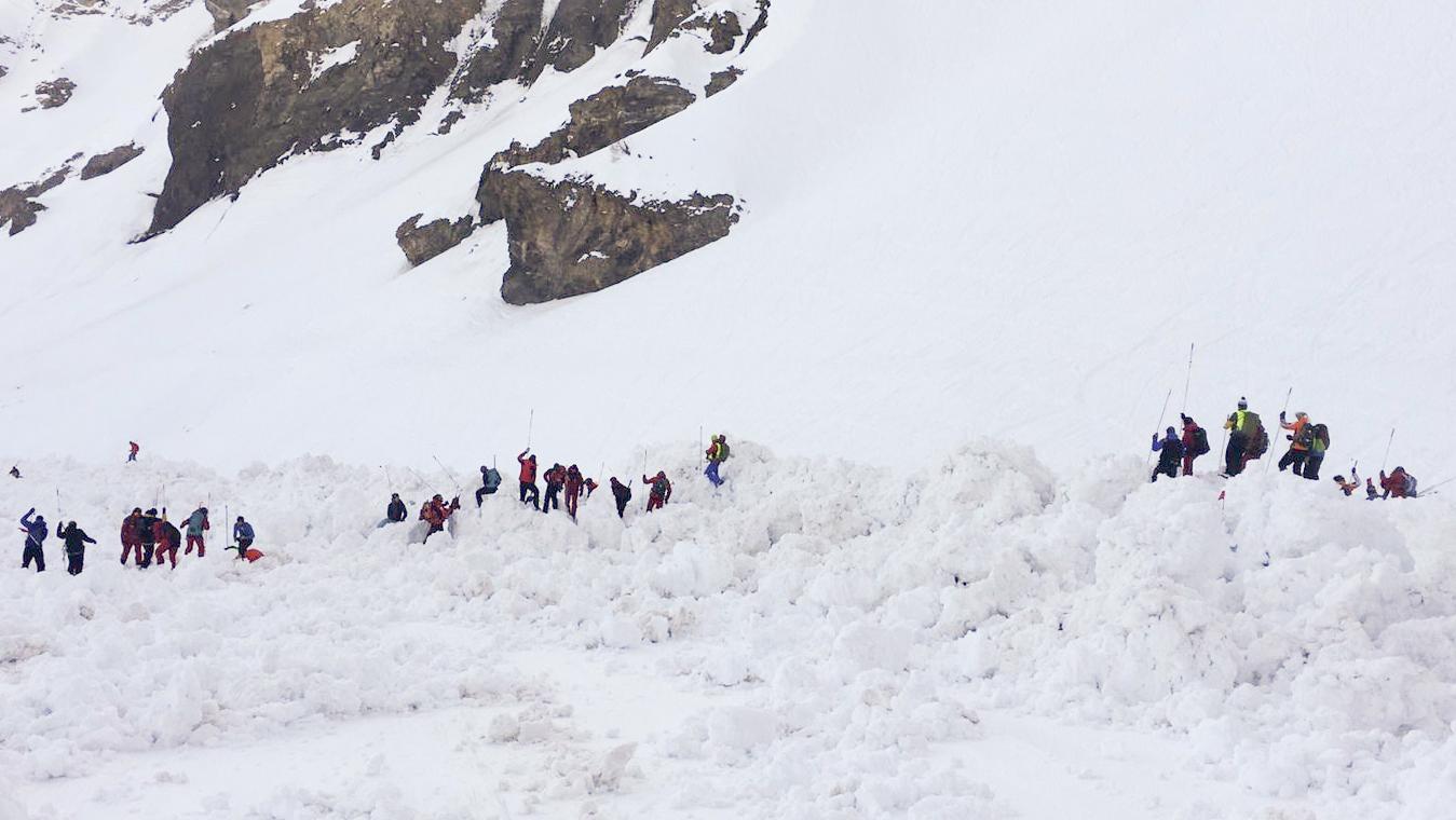 Schweiz, Crans-Montana: Rettungskräfte im Lawinengebiet