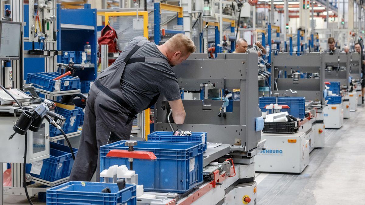 Mitarbeiter fertigen im Jungheinrich Werk Norderstedt Gabelstapler auf einer von fünf Produktionslinien.