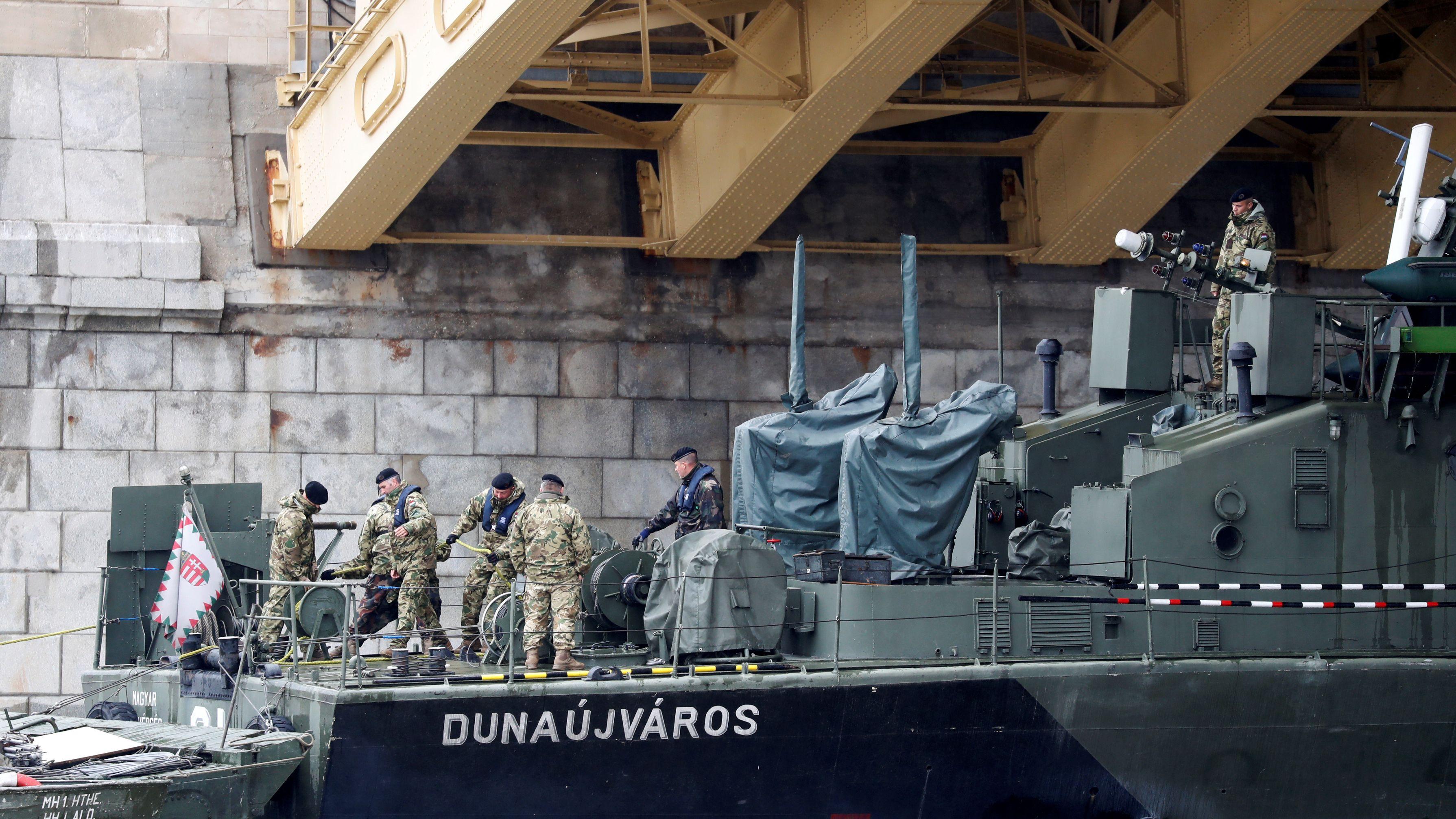 Taucher und Militärangehörige suchen nach den Vermissten