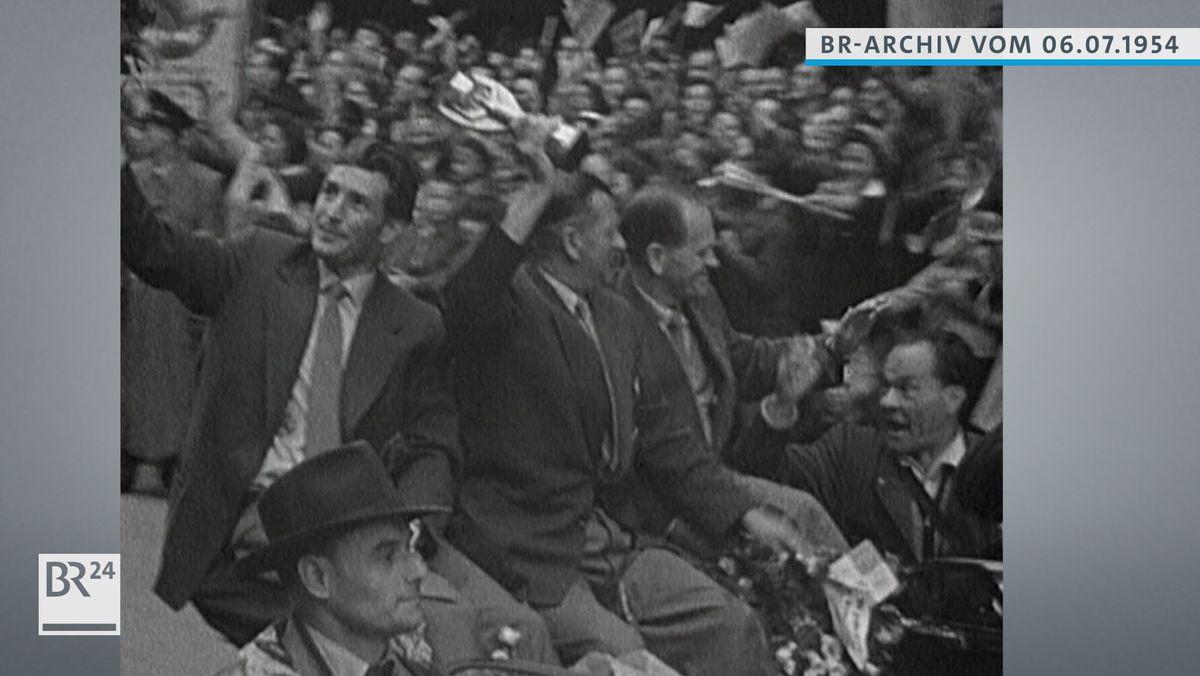 Fußballweltmeister, u.a. Fritz Walter, im offenen Wagen durch München fahrend