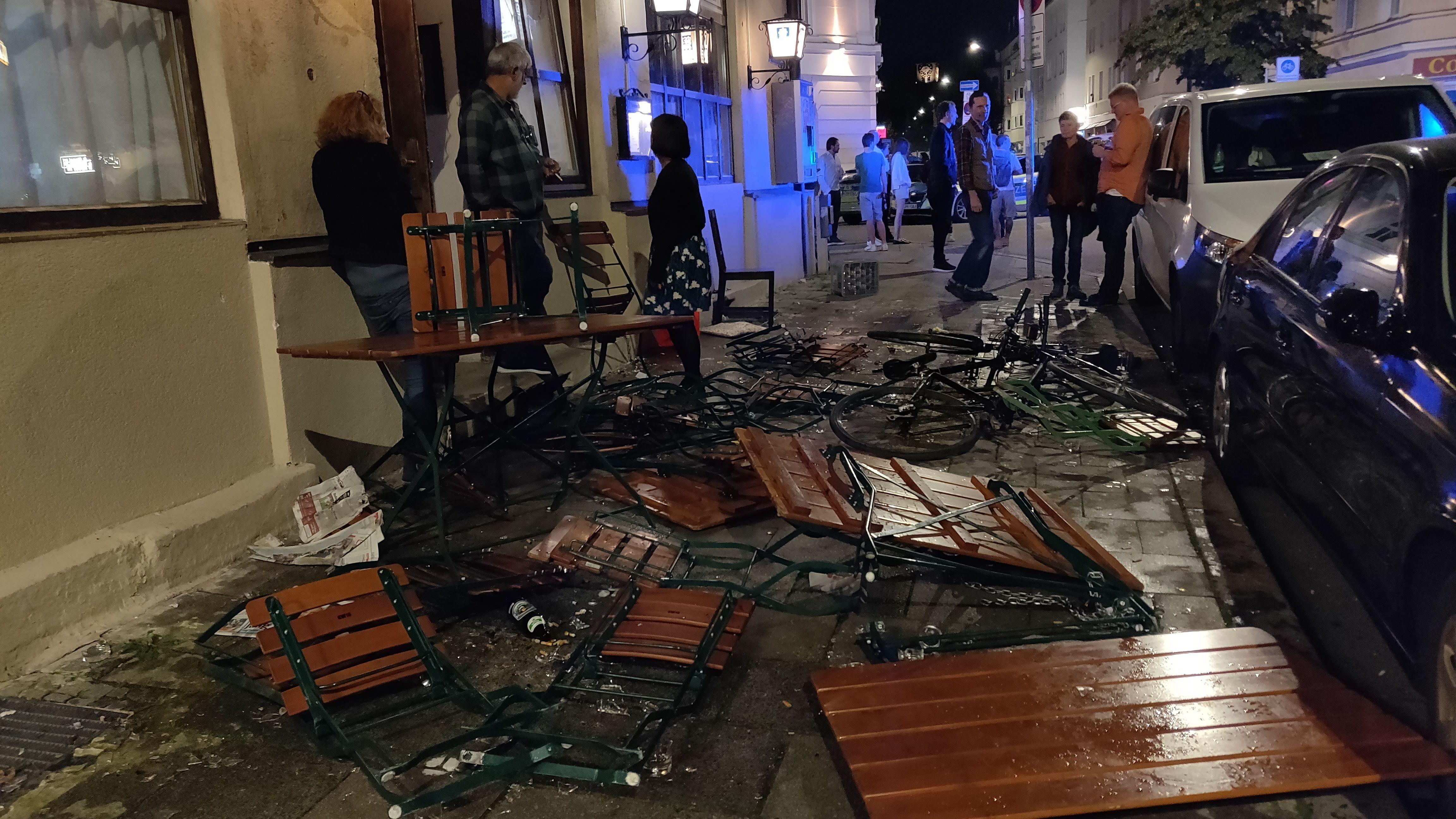 Zerstörte Stühle und Tische auf der Straße