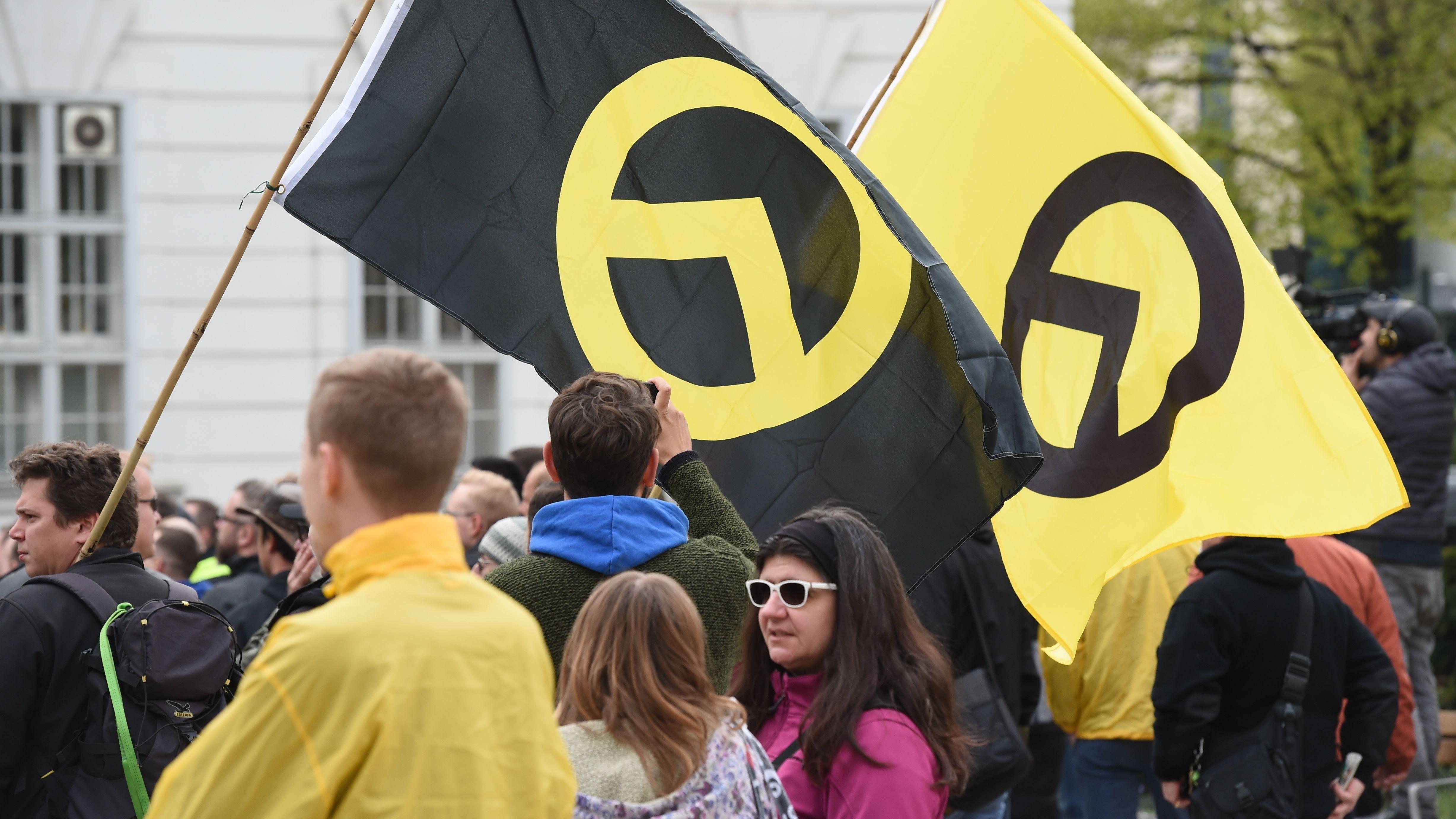 """Anhänger der """"Identitären Bewegeung"""" auf einer Demo in Wien am 13. April 2019"""