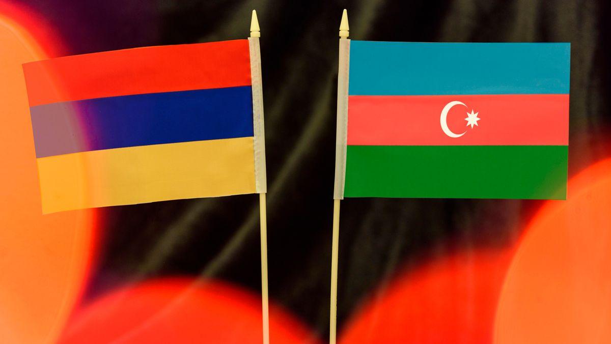 Die Flaggen von Armenien und Aserbaidschan.