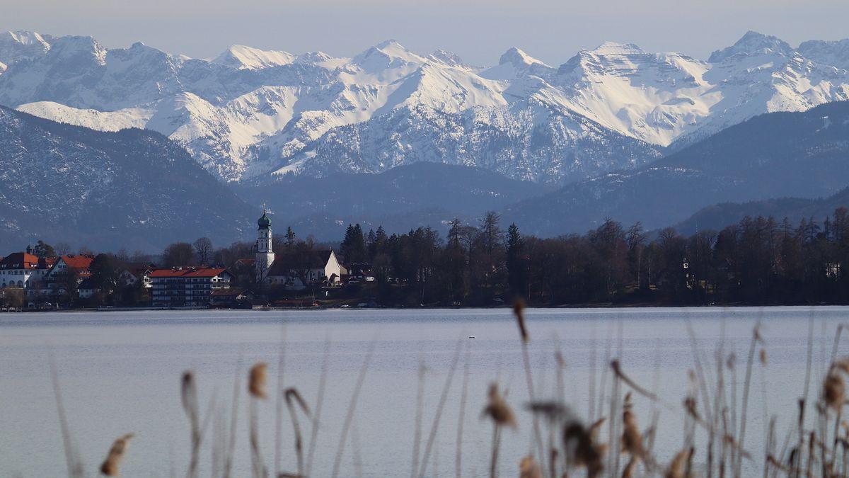Blick vom Bernrieder Park auf Seeshaupt und das Karwendel am 28.03.2021.