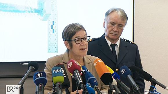 Oberstaatsanwältin Antje Gabriels-Gorsolke und der mittelfränkische Polizeipräsident Roman Fertinger bei der Pressekonferenz in Nürnberg. Im Hintergrund ein Bild der Tatwaffe.