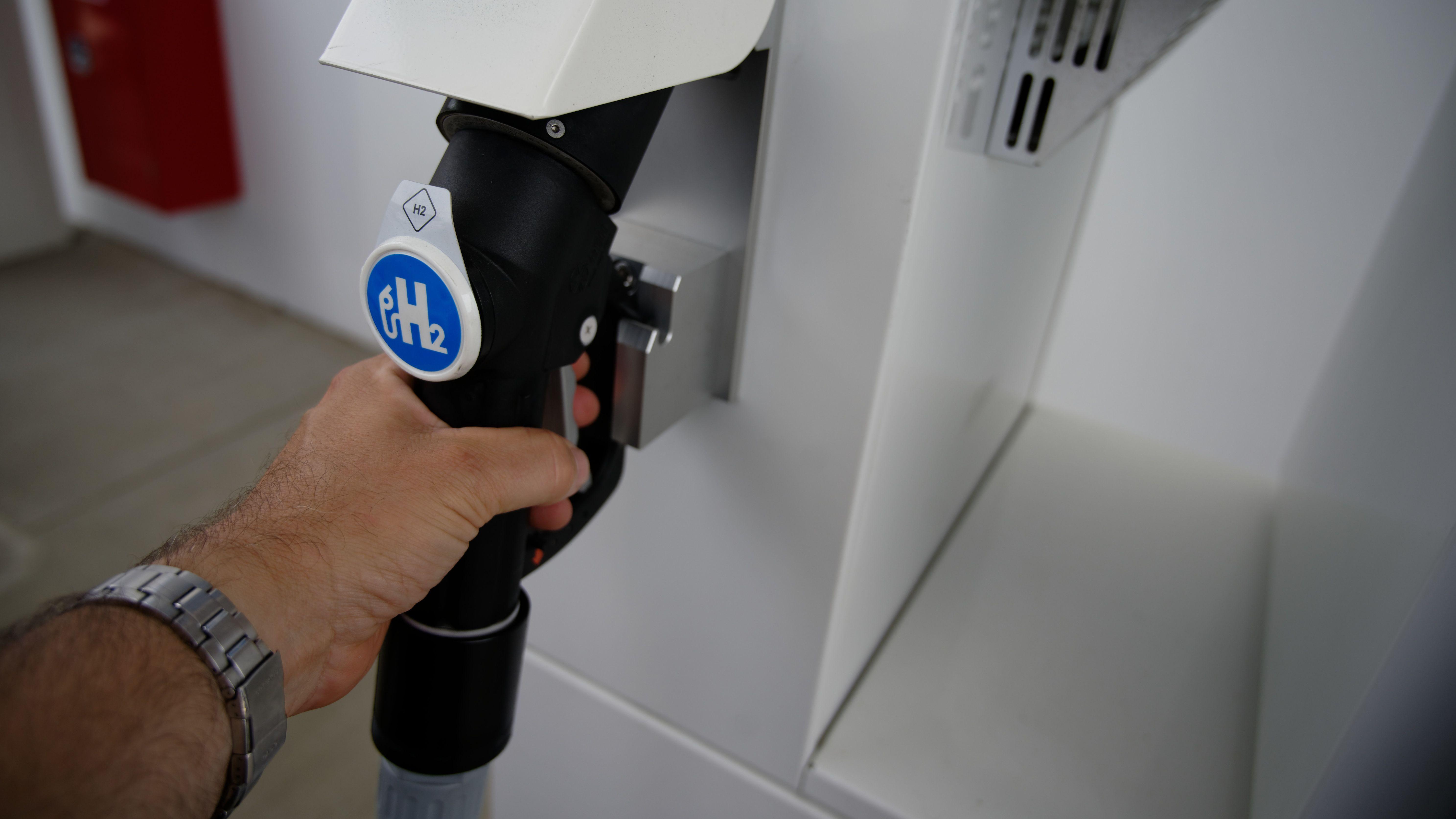Tanken an der Wasserstoff-Tankstelle (Symbolbild).