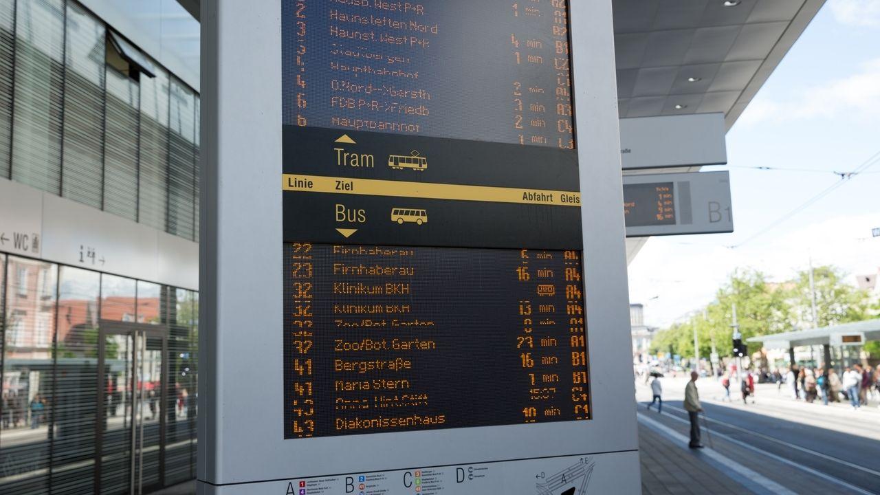 Am Königsplatz in Augsburg: Haltestelle mit digitaler Anzeige
