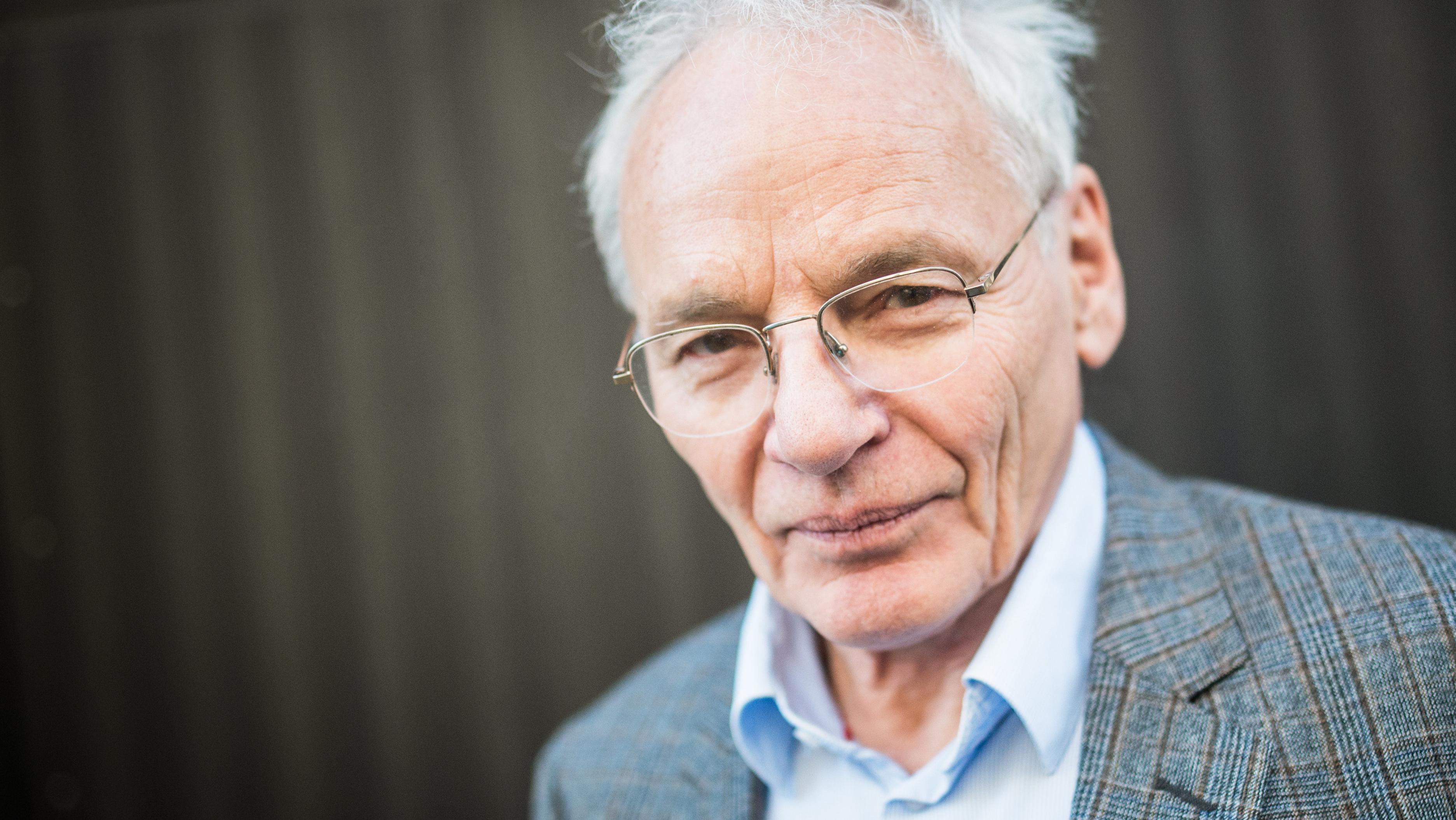 Historiker und Journalist Götz Aly blickt in die Kamera