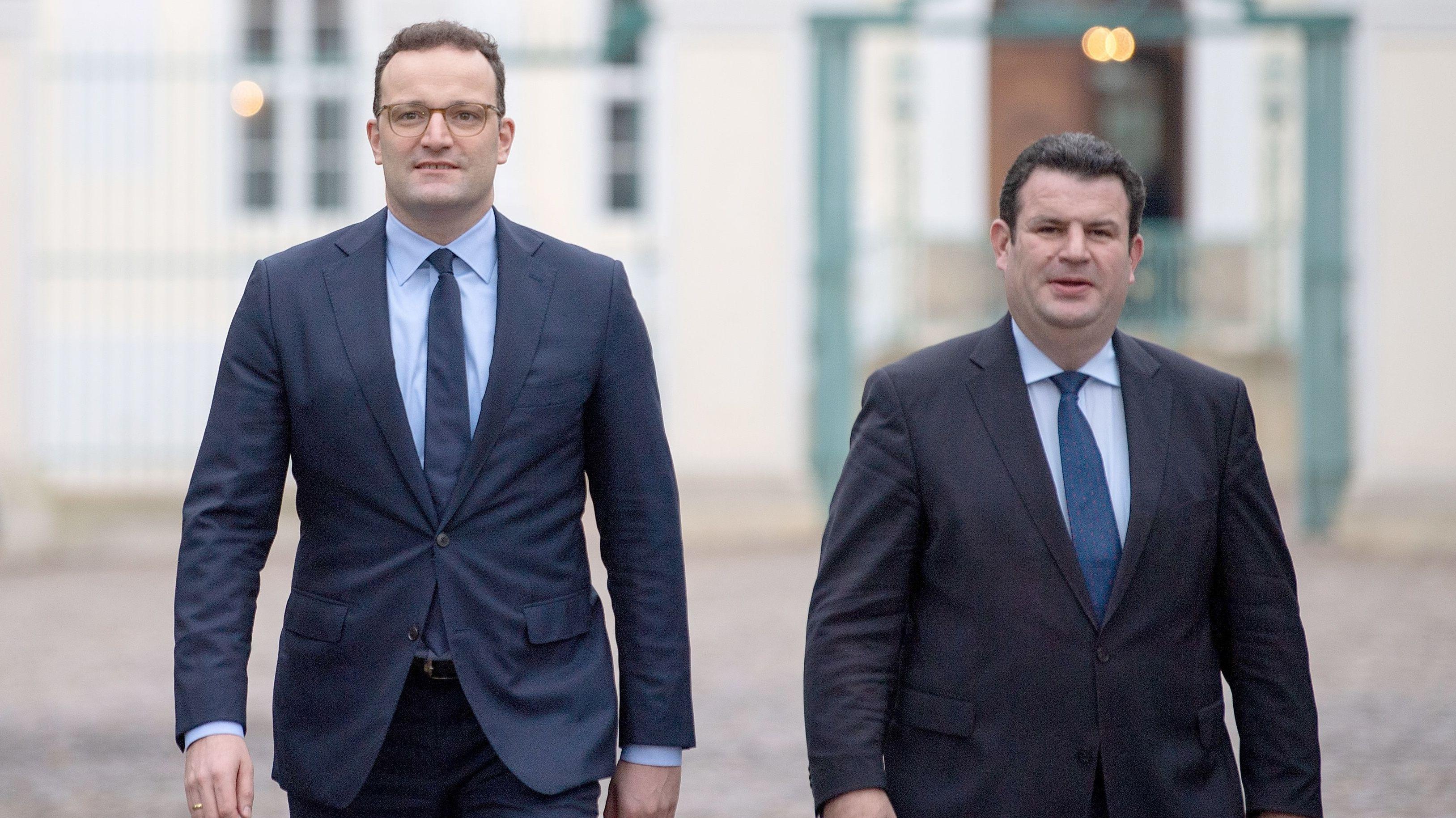 Jens Spahn (l, CDU), Bundesminister für Gesundheit, und Hubertus Heil (SPD), Bundesminister für Arbeit und Soziales (Archivbild)