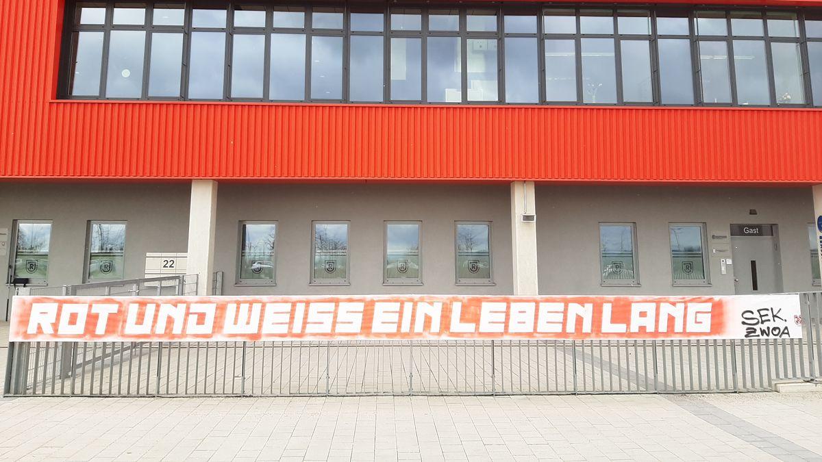 """Banner mit Parole """"Rot und Weiß ein Leben lang"""" vor dem Jahn Stadion"""