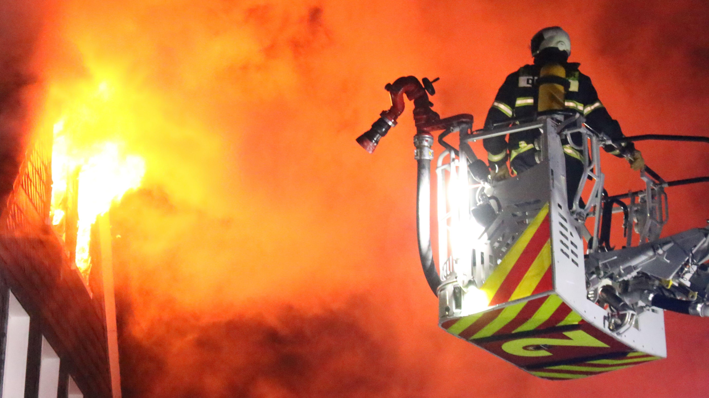 Löscharbeiten eines Brands (Symbolbild)
