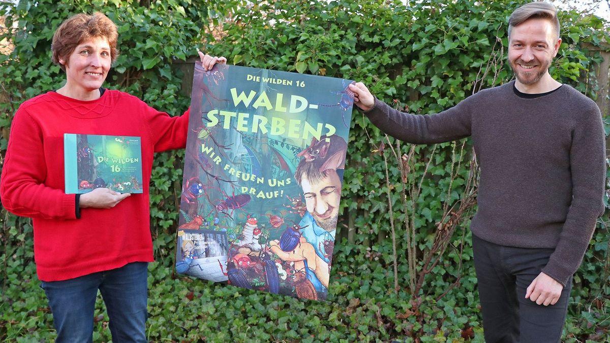 """Die Schöpfer von """"Die wilden 16"""", Susanne Zuda und Thomas Michler, mit ihrem Werk samt dem dazugehörigen Plakat"""