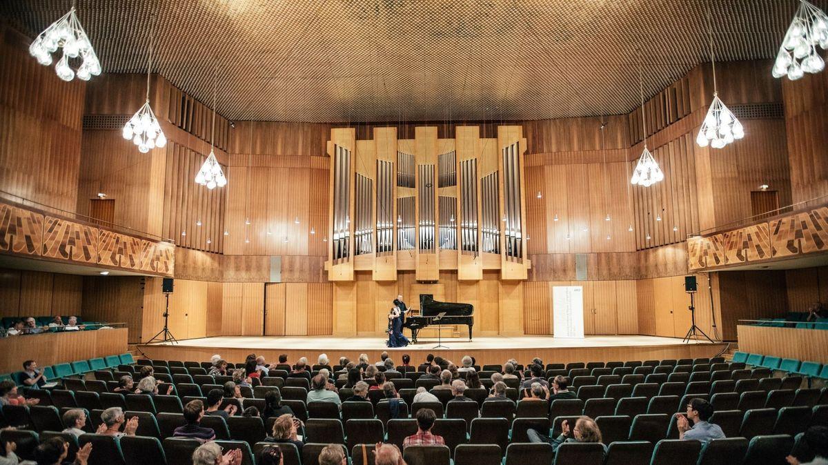 Publikum hört einem Klavierkonzert zu