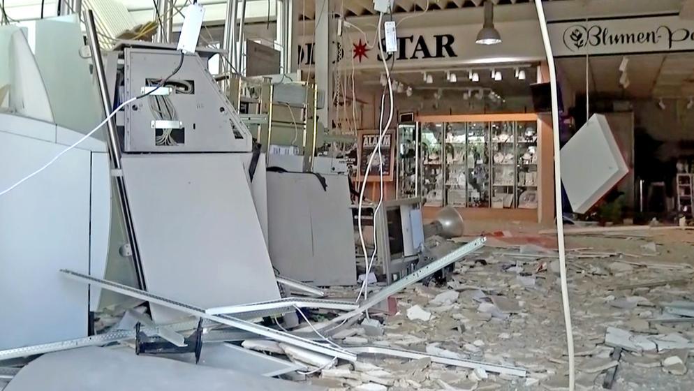 So sah der Pentlinger Supermarkt nach der Sprengung der Geldautomaten im Juli 2016 aus. Die Täter erbeuteten damals rund 200.000 Euro. | Bild:pa/dpa