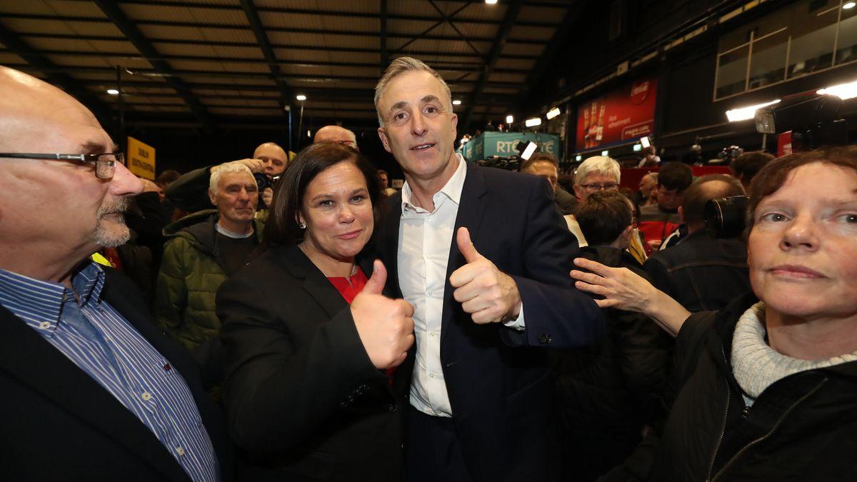 Mary Lou McDonald (2.v.l), Vorsitzende der linksgerichteten Partei Sinn Fein, und Chris Andrews (2.v.r), Mitglied der Partei Sinn Fein, zeigen während der Auszählung der Stimmen der Parlamentswahl den Daumen nach oben.