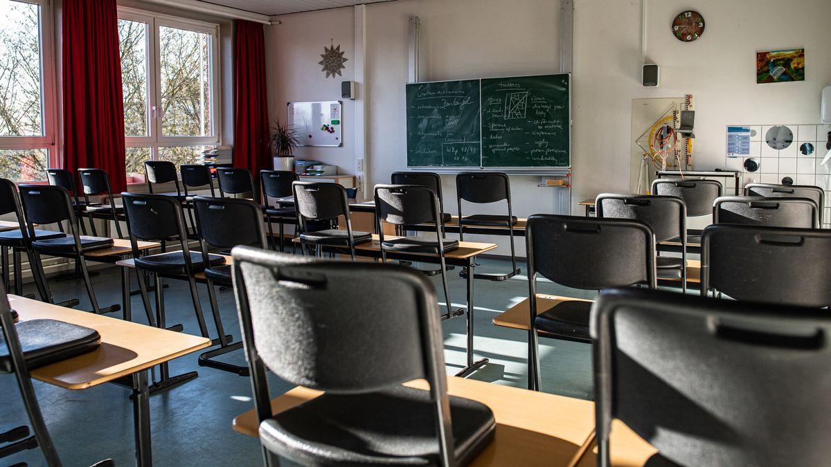 In den meisten bayerischen Landkreisen und Städten werden die Klassenzimmer am Montag leer bleiben.