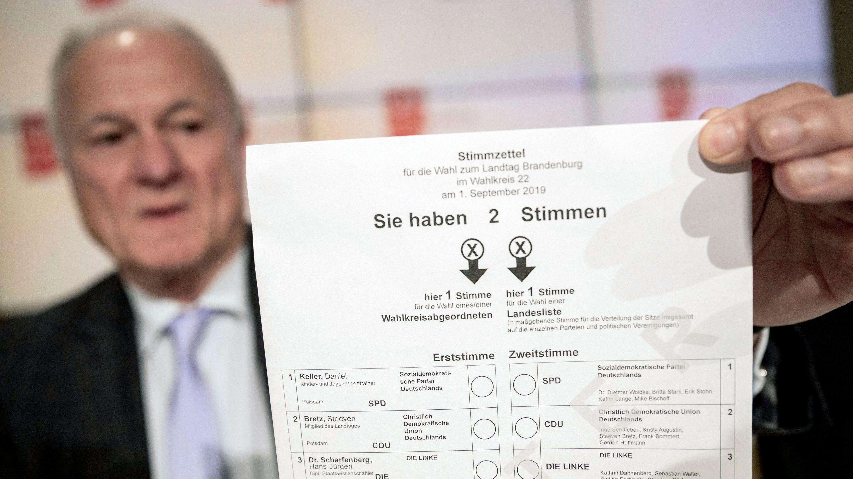 Bernd Küpper, Landeswahlleiter von Brandenburg, hält ein Muster des Stimmzettels für die Landtagswahl in Brandenburg
