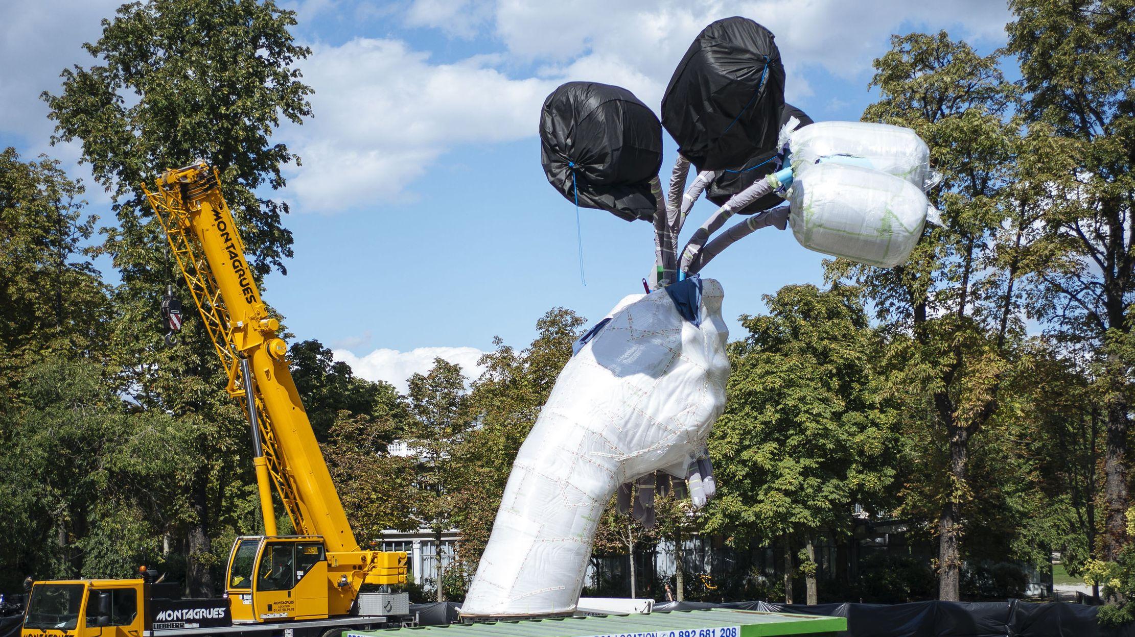 """Frankreich, Paris: Das abgedeckte Kunstwerk """"Bouquet of Tulips"""" des amerikanischen Künstlers Jeff Koons während der Installation"""