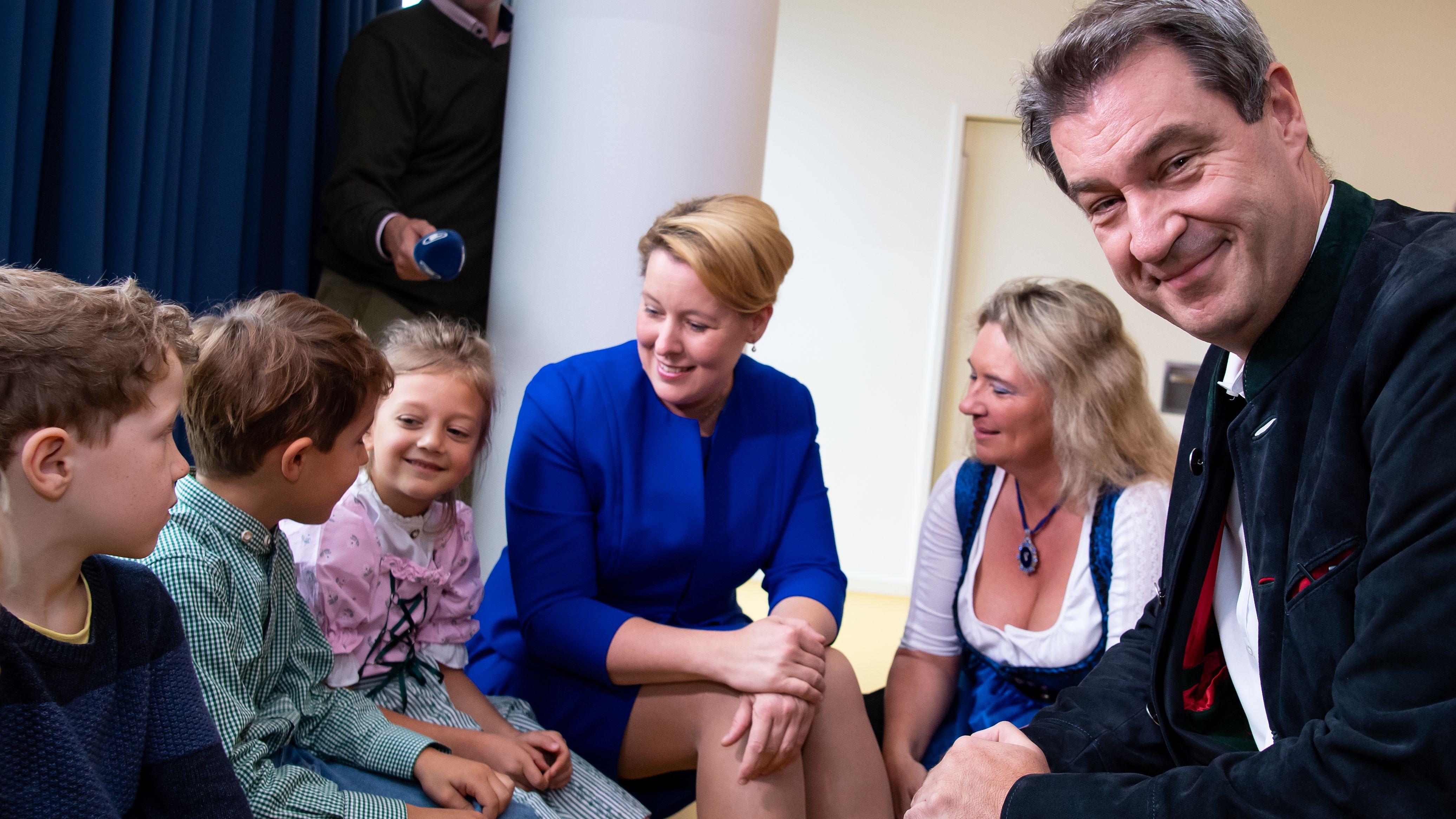 Bayerns Ministerpräsident Söder, Sozialministerin Schreyer und Bundesfamilienministerin Giffey (v .r.) im September 2019 in einer Münchner Kita
